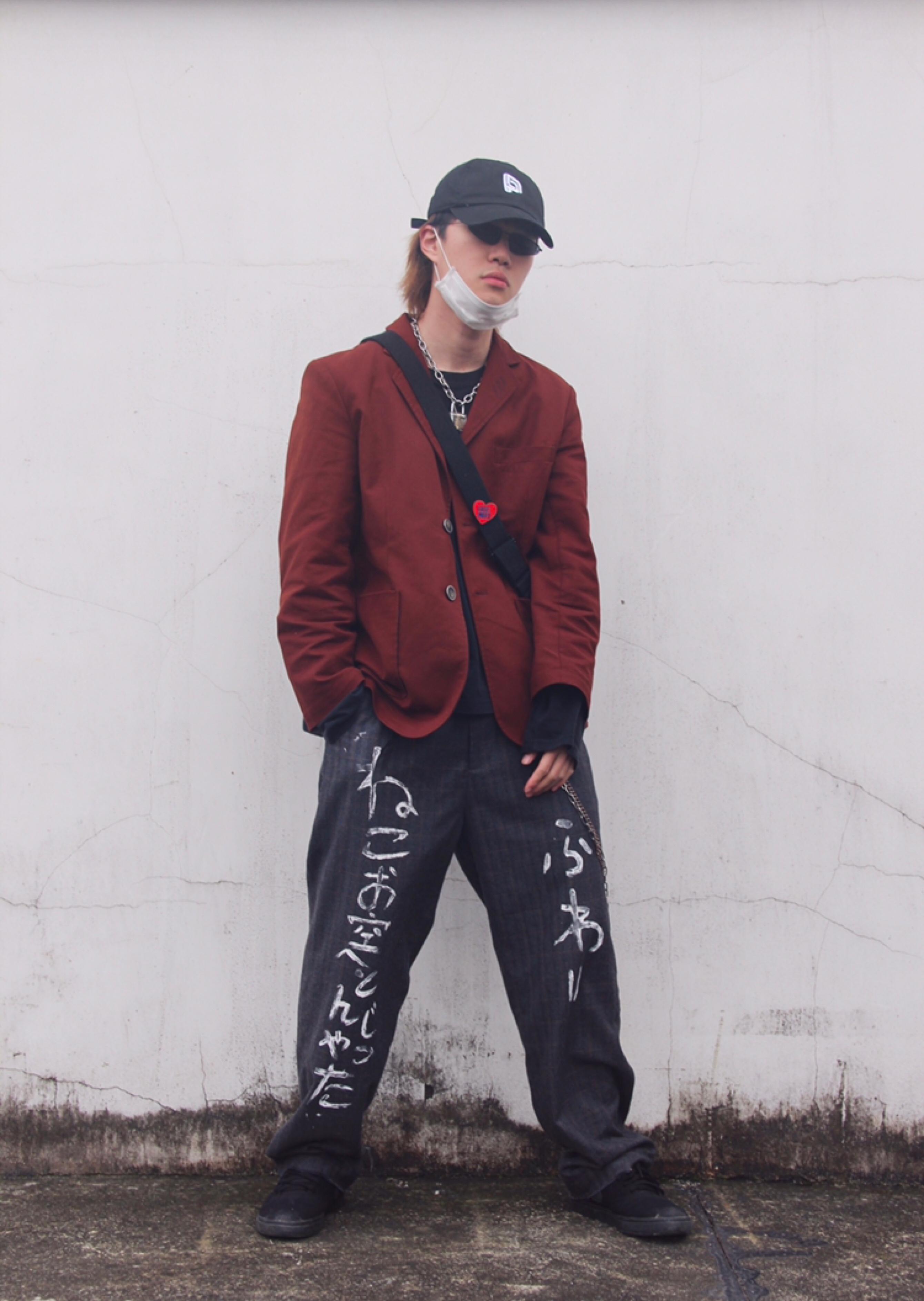 衣服:AnnoMundi创世纪元 这次以红色西装外套作为主体进行搭配,红色西装外套让整体风格更加不一样,颜色也很亮点,一下子和大众风格拉开了。 内搭:hm 黑色打底长袖更好的衬托红色西装外套,也让整体色系更加协调。 裤子:pagan of heroism  裤子选择偏向街头的西装裤,裤子上的日文涂鸦增加了细节,也不亚于红色西装,这样让整体效果更加均衡。 帽子:POINT BRAND 棒球帽让整体的风格更加完善,让正装和街头更好的结合。 灵感:正装和街头的结合,打破常规。#解谜:哪款春季短外套最适合你?#