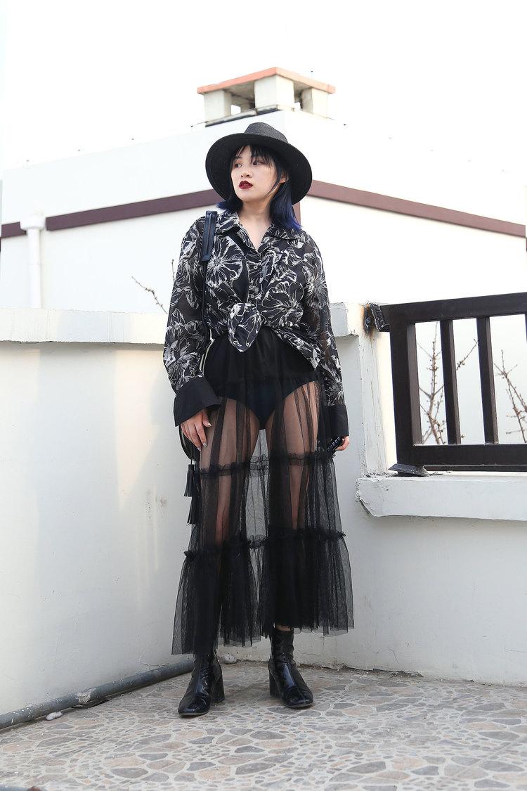 #这些品牌让你秀出大长腿# 黑色绣花图案衬衫,搭配透视网纱裙,内搭超短裤,最大限度露出大长腿,而且不会显得过于暴露,王纱裙来自国民少女品牌艾格