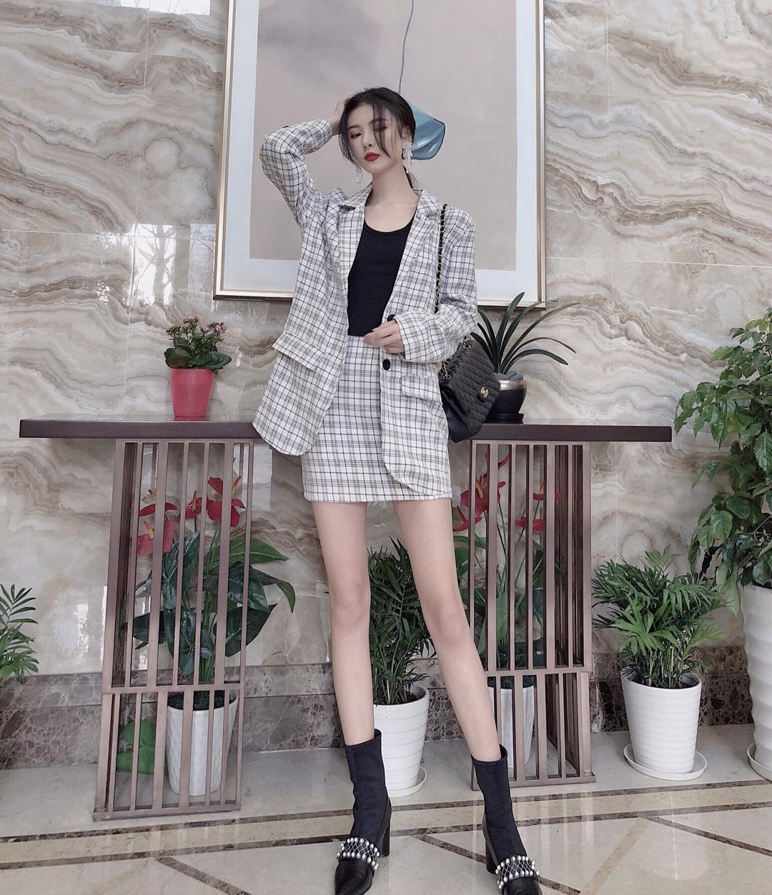 名媛风OL通勤look 小西装真的是大爱呀,休闲通勤都可以选择,套装非常适合懒得搭配的宝宝啦,直筒西装短裙露出大长腿,再配上一双珍珠元素的粗跟马丁靴,个性十足