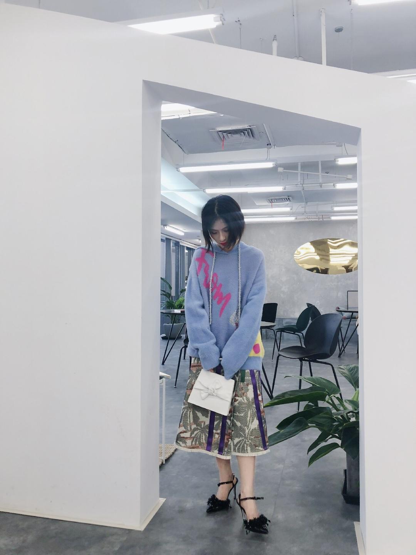 ~Look~     亮色的毛衣會提升整体的气质,最重要的是毛衣的面料摸上去手感非常好,搭配半身裙很是淑女^_^#笑颜PK:我笑起来最好看~#
