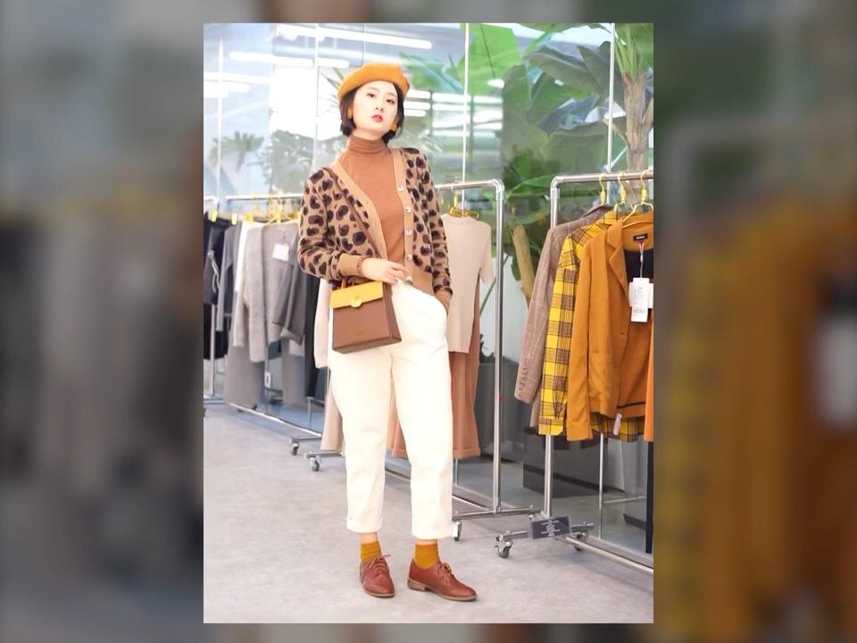 #春天短暂,扮靓要快# 在蘑菇街的第一支穿搭vlog哦~ 拍摄地点就在MOGU STUDIO^_^ 焦糖色主题穿搭, 一身配色非常和谐, 鞋、内搭、帽子和包包上下呼应, 豹纹开衫休闲可爱, 是人人都能驾驭的豹纹图案哦。 搭配白色牛仔裤提亮整体, 使色调不会沉闷,更适合春季踏青出游~