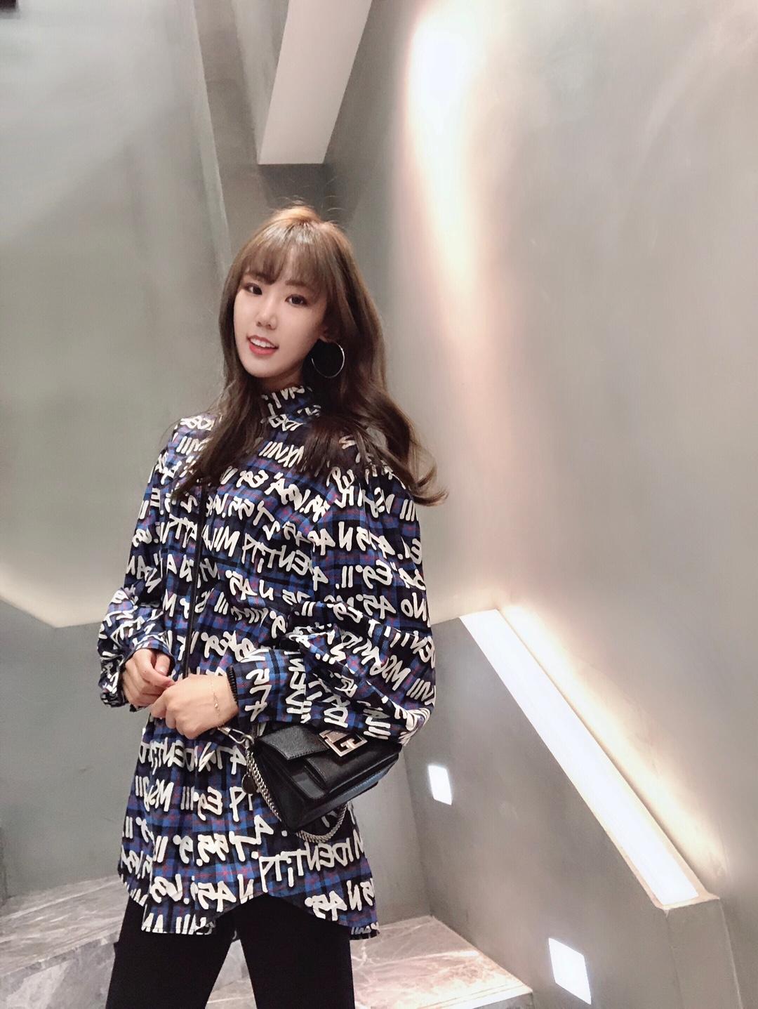 吹爆MSGM这件衬衣,男女同穿酷酷的那种哦,走在街上被好几个人问牌子👉🏻这个Givenchy包我朋友从英国给我买来是小号的,我自己又在香港买重了天呐怎么办?好好看!经典百搭日常出街利器!#早春流行色品牌新品预览#今天是有点酷但还是你们温柔的仙女奈子哟