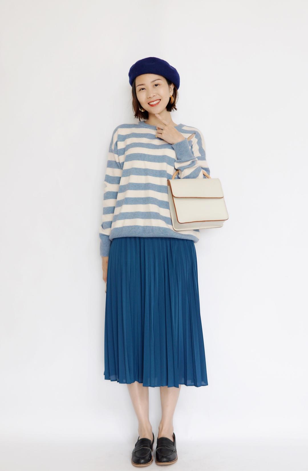 #偶像剧女主入春装备# 宽松毛衣搭配了比较飘逸的百褶裙,感觉这一套就好像是偶像剧女主的日常穿搭一样!而且蓝色系的衣服,显得超级温柔可爱。