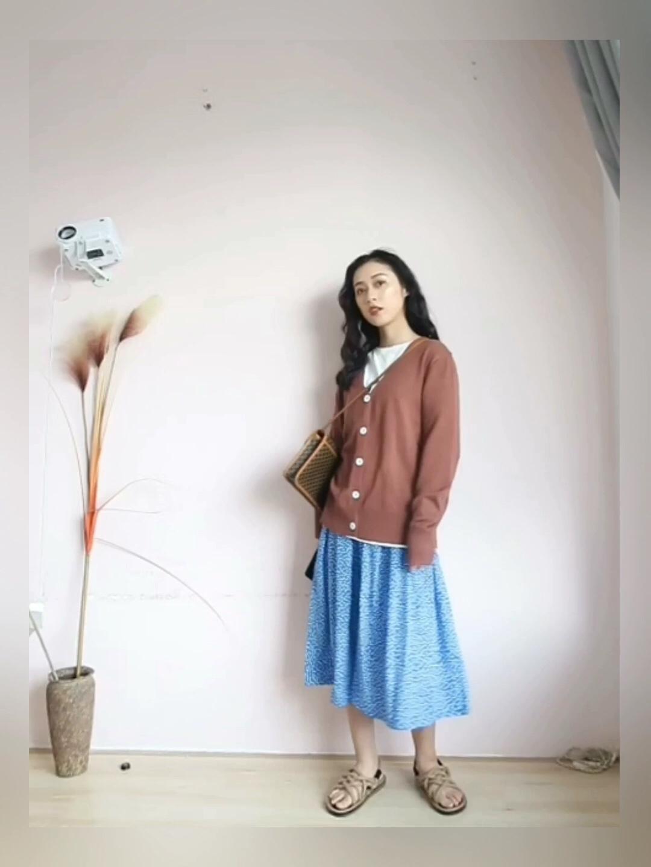 #春天来了,漂酿小裙子show time!# 这种v领百搭开衫几乎人手一件了! 针织衫确实就是这样经久不衰的单品啊! 蓝裙子是它的最佳cp! 深沉浓郁的的焦糖色和高调扎眼的蓝色撞色在一起 一面沉稳浓郁,一面耀眼明朗 很独特也很吸睛的色彩搭配哟~ 如果你是夏天常待在空调房里的人 可以在包包里随时备上一件这样的开衫哦~ 选用的针织面料,保留温度的同时又做到了挺括有质感, 留着秋天穿也很好看诶!  参考:小鲤身高158,体重90 链接在图片下方点击进入哦 如果你喜欢我的穿搭,就关注+评论+点赞我吧😙😙