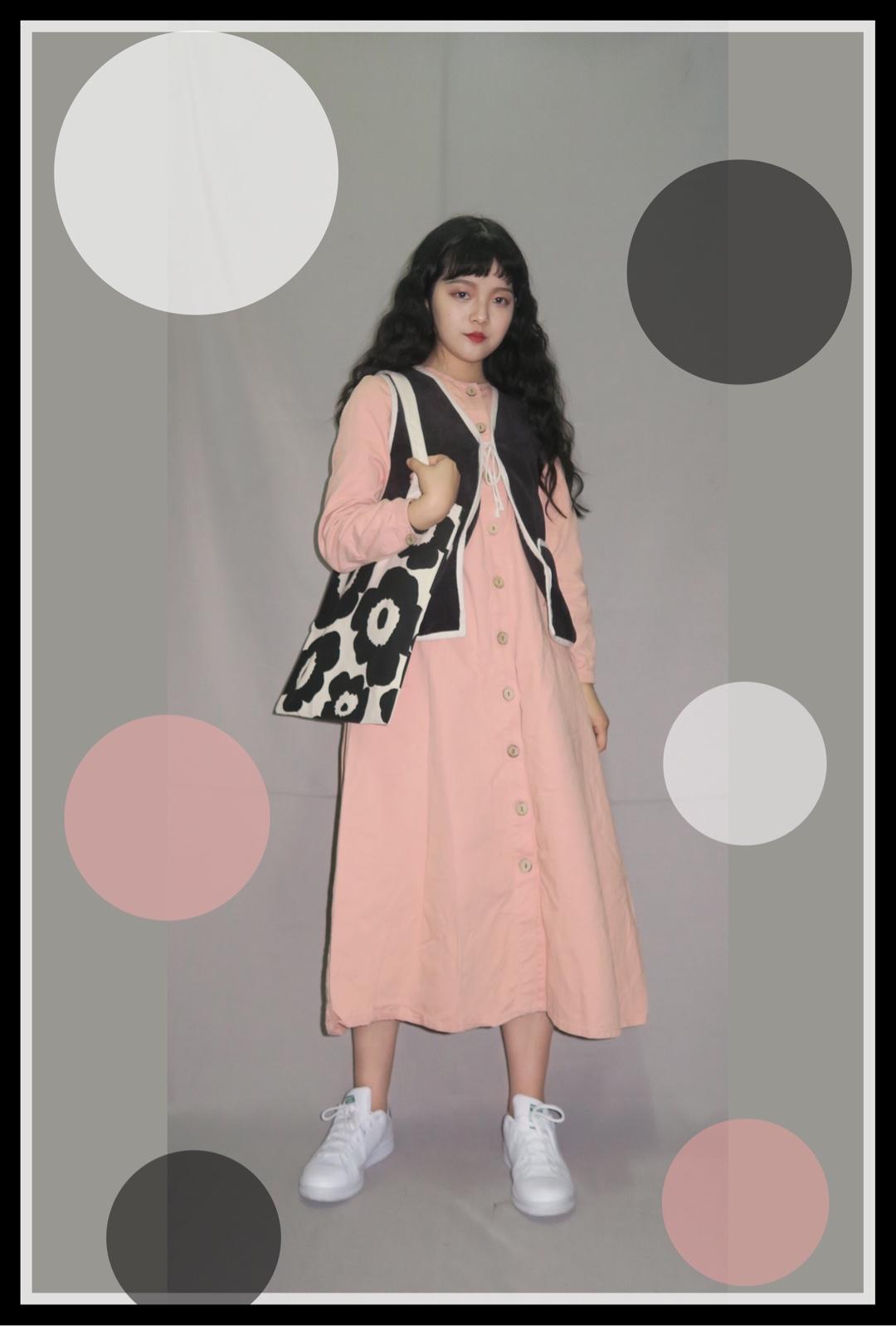 #春天来了,漂酿小裙子show time!# 春天就是要穿裙子鸭!穿什么颜色?当然是粉色🍑啦嘻嘻~ 最爱的马甲和帆布包包很百搭~ 经典小白鞋也是无论怎么搭都OK的👌