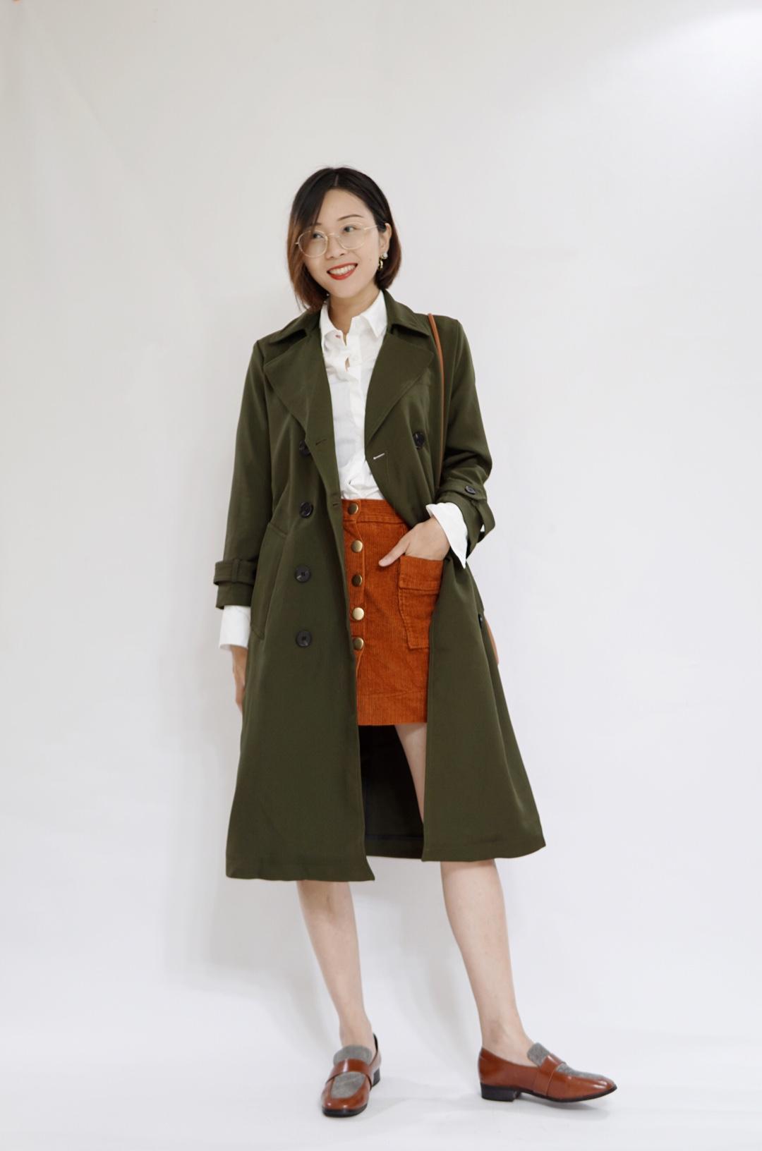 #露腿季,从上长下短开始!# 半身裙与风衣是什么神仙搭配,太太显瘦了吧。 特别喜欢这套军绿色与棕色的组合,很有精神了。军绿的外套超级适合春天,真的好看。