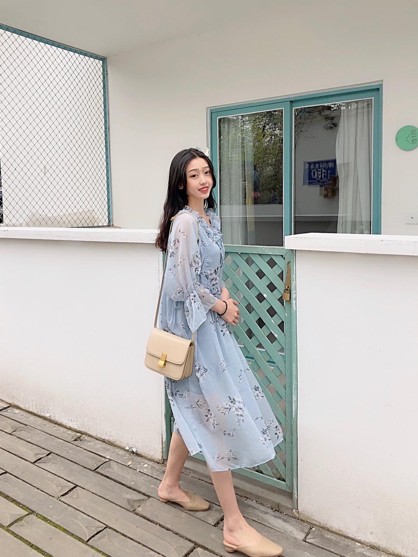 #能闻到春天气息的色彩穿搭#  蓝色太美啦!!!! 浅色裙子春天必备颜色! 每个颜色都来一件吧 这件很小仙女哦 仙女本仙就选它