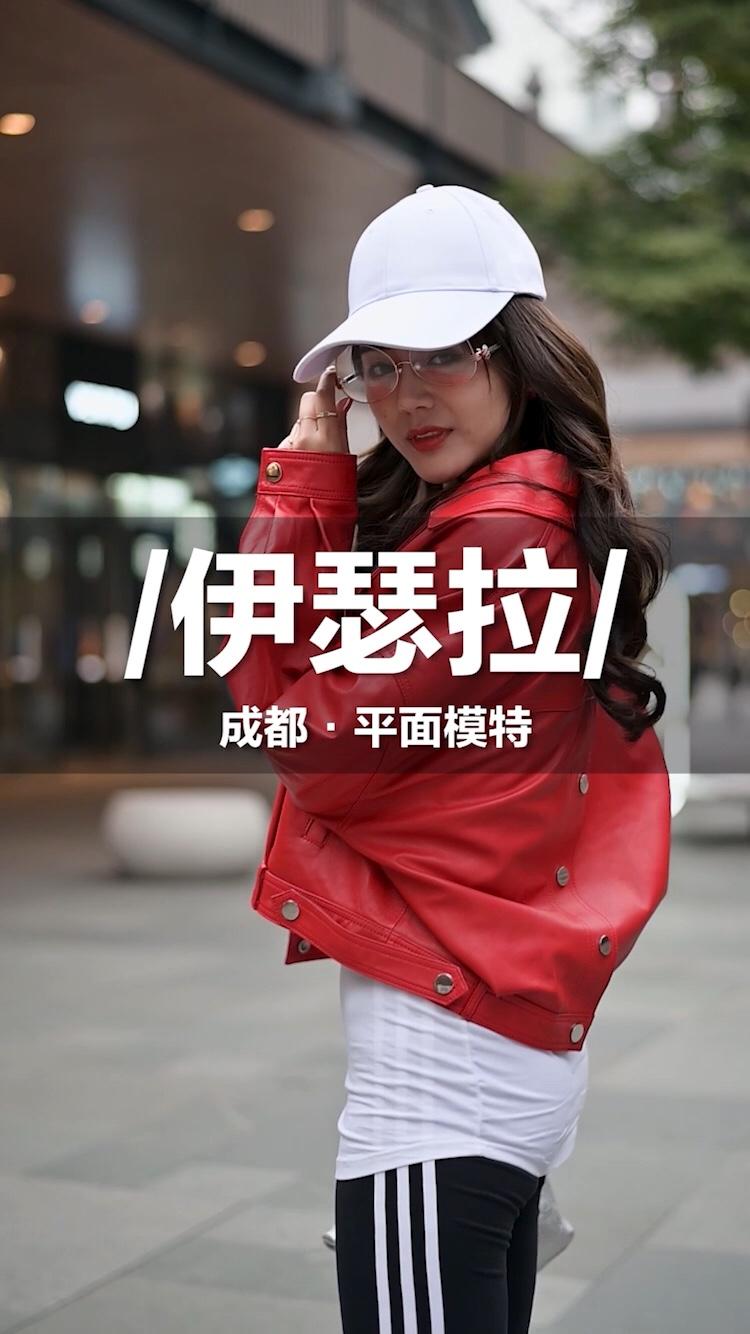 在成都采访到一位超会穿的美女模特,街头大秀一字马柔软度惊人!#菇菇街拍#