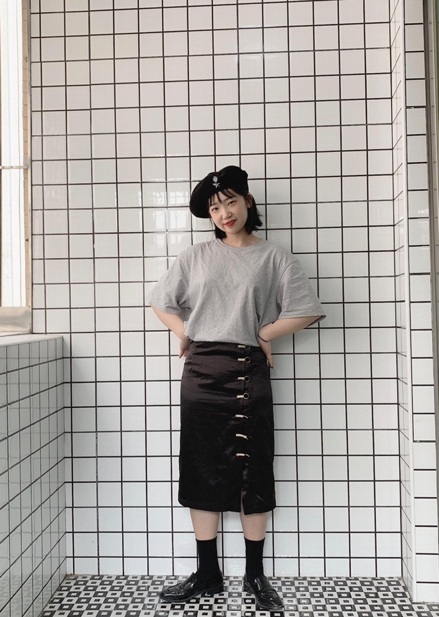 今日份穿搭:高腰半身裙,显腿长利器呀!上身再搭配一件基础T恤。戴一顶印花贝雷帽~温柔小姐姐上线⊂(˃̶͈̀ε ˂̶͈́ ⊂ )   #春日半裙显瘦第一名#