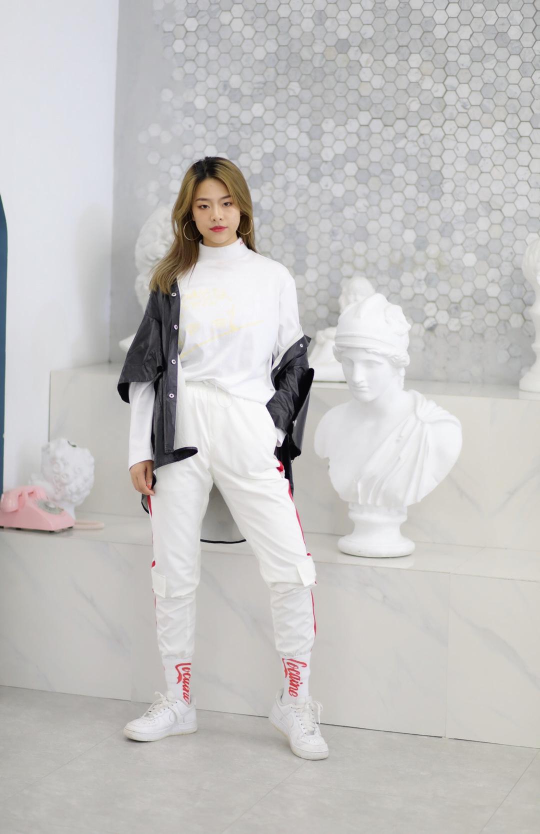 |Kiki穿搭look #UNLOCK!解锁新潮流的色彩密码#  这件白色微高领是试衣的时候无意看到的,很百搭的一款,运动休闲风,脖子短的女生穿也完全没有问题 裤子是之前在NPC店里买的,模特原搭是有一整套的,当时觉得贵没舍得买呀 今天这样穿也很好看~ 最近真的很喜欢酷酷哒风格叻 😎