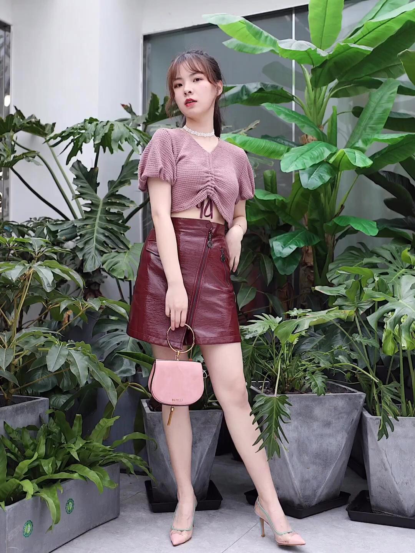 【用粉色🌸妆点春天】 上衣:FUSSED 皮裙:SAKKAS 包包:BAFELLI 鞋子:BUBUFEIFEI 粉色的抽绳上衣搭配酒红色的皮裙,削弱了皮裙的霸气,反倒更添了一份可爱 搭配粉色的手提包👜,春天就应该活泼一点啦~ #UNLOCK!解锁新潮流的色彩密码#