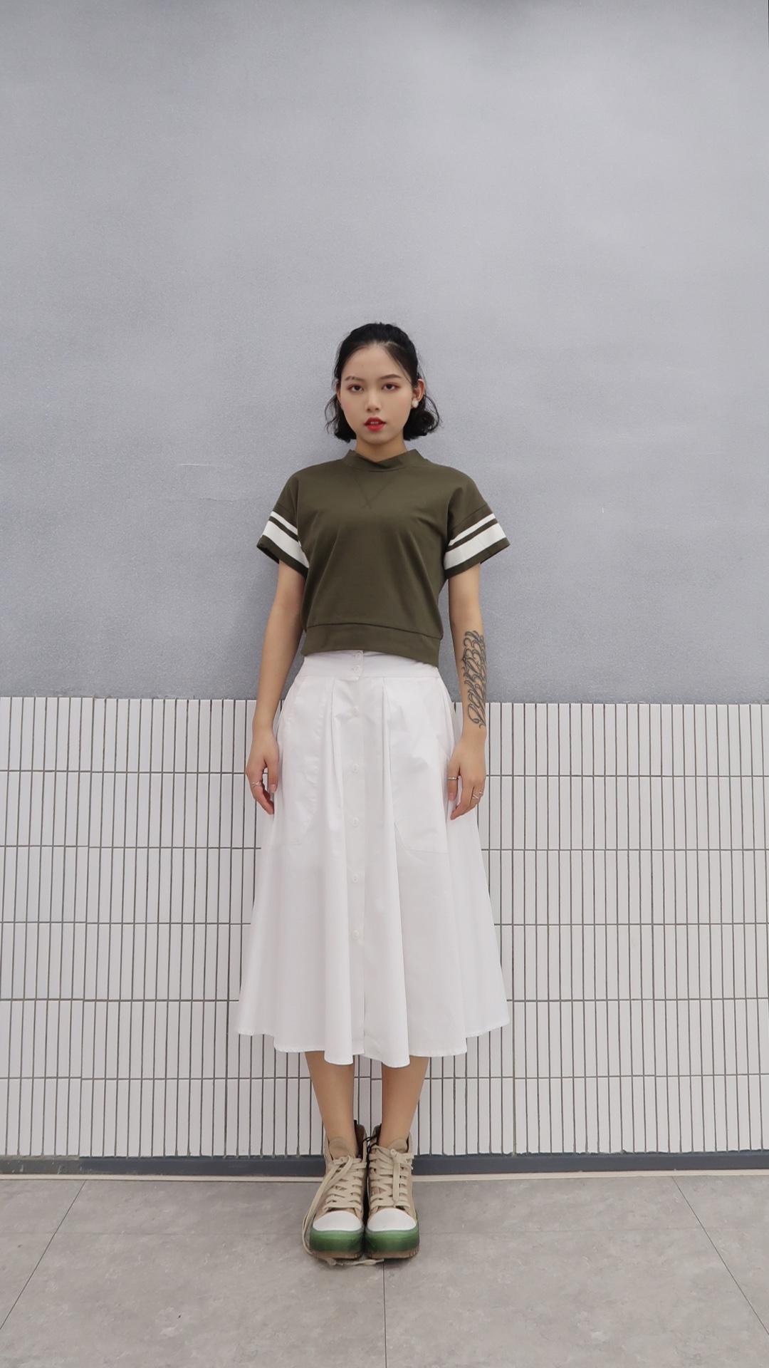 #春天就是仙女绿色专场呀# 紧身高腰墨绿t 白边修饰 短款t给人一种很娇小的感觉 配一条白色半身裙 少女元气感十足 可以去踏青了