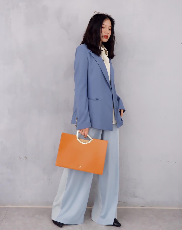 """女生穿搭 职场搭配 周一职场搭配来啦 最近热播剧《都挺好》里面""""苏明玉""""的穿搭真的超级喜欢了 今天搭配的是职场简约风 波点衬衫搭配蓝色拼接阔腿裤 阔腿裤的版型非常显瘦显气质 外套搭配的是一件蓝色西装外套显白 包包是橘色手拎包容量很大文件化妆品都可以放的进 出行搭配一双皮鞋就可以啦 衬衫:TAMMY TANGS 外套:SHANG 1 BY SHANG YI  阔腿裤:LAB BY CHEN 包包:北山制包所 #UNLOCK!解锁新潮流的色彩密码#"""