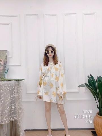 #种草100套简约春日搭配# 简简单单的一件印花连衣裙 奶黄色的印花颜色高级 绑带蝴蝶结设计很有少女感 裙子的长度也是很显腿长的设计 可以戴墨镜或者不戴 总之是一件可盐可甜的小裙子啦