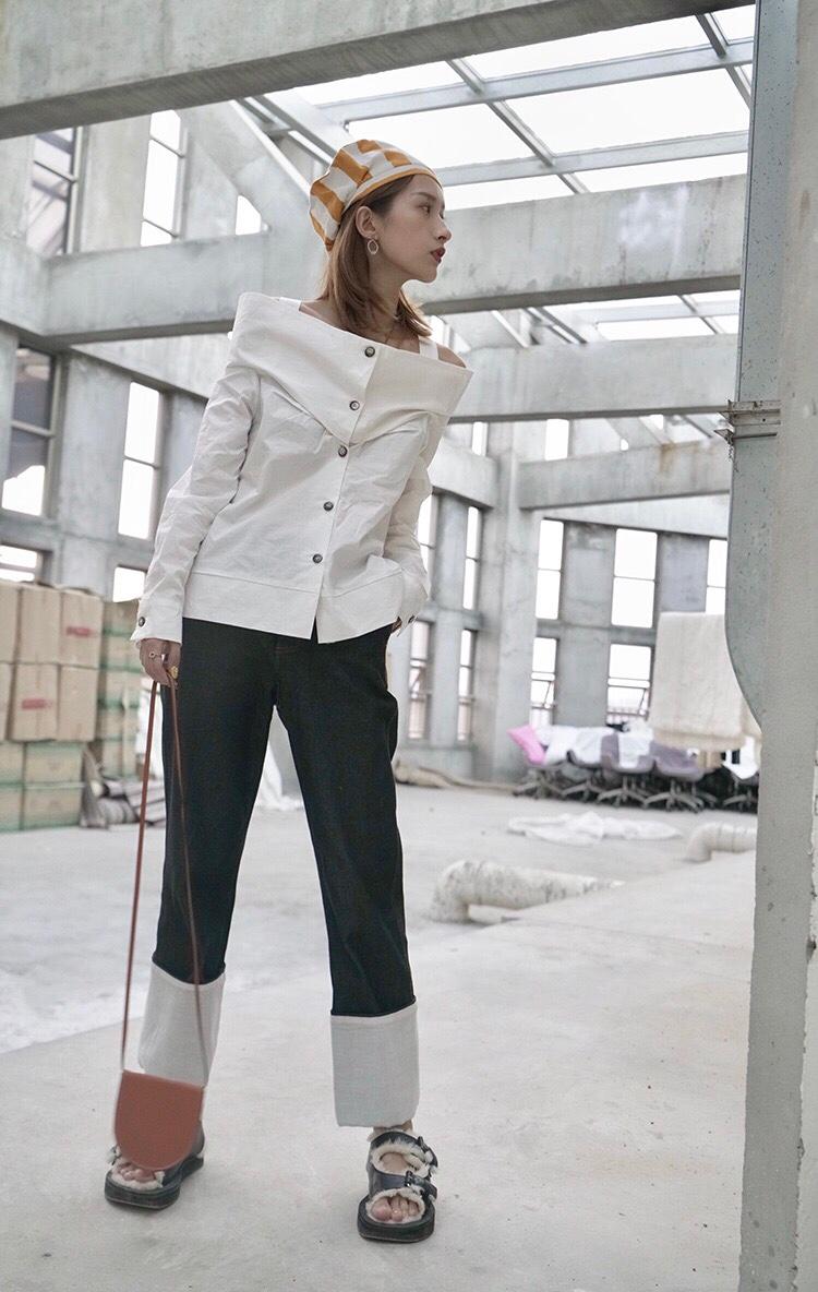#西装+裙子=2019开春最佳cp!# yMR设计LOOK|衬衫的一百种搭配 前面前胸做了褶皱压法  外加吊带 防止走光 后背的交叉设计制作起来比较繁琐 一字肩活动起来会稍微不方便一些 但是好看是重点 搭配了Loewe直筒牛仔裤 整体不会太正式