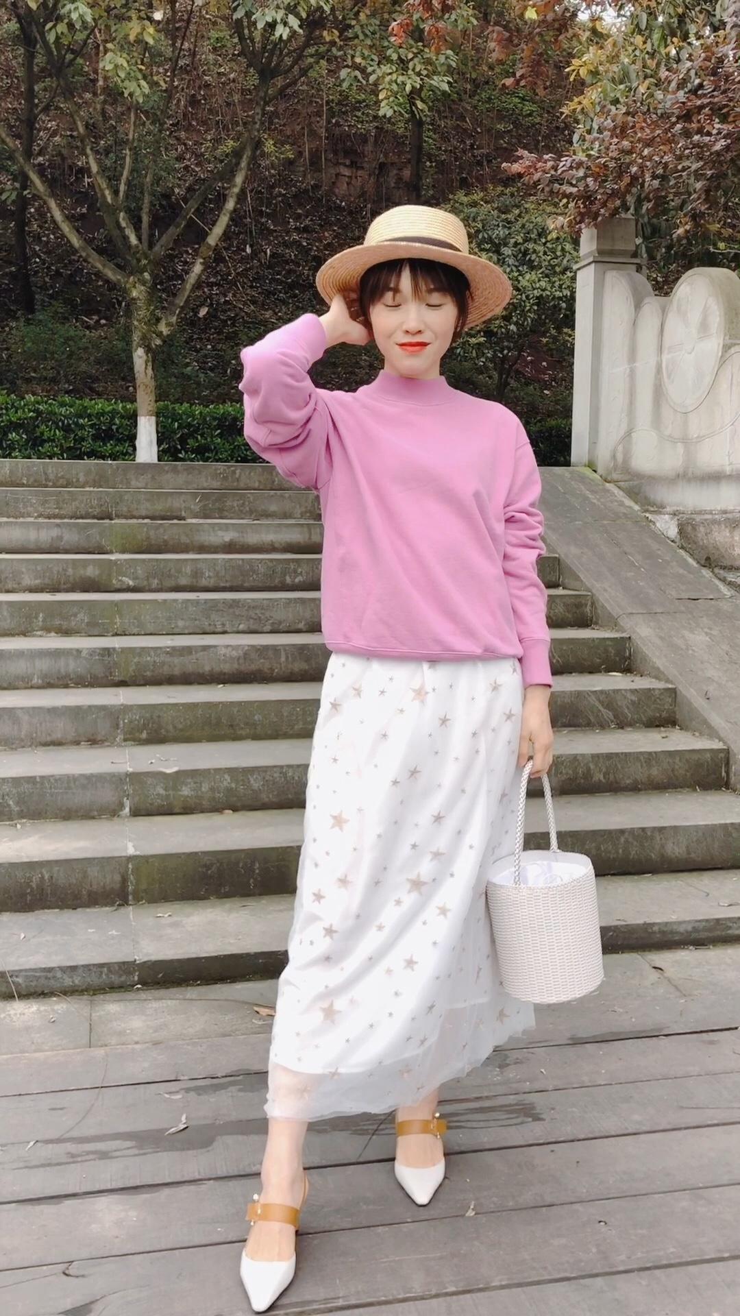 #UNLOCK!解锁新潮流的色彩密码# 紫色半高领卫衣比较休闲的款式 搭配柔美的星星纱裙 两种不同的元素也能擦出不一样的火花