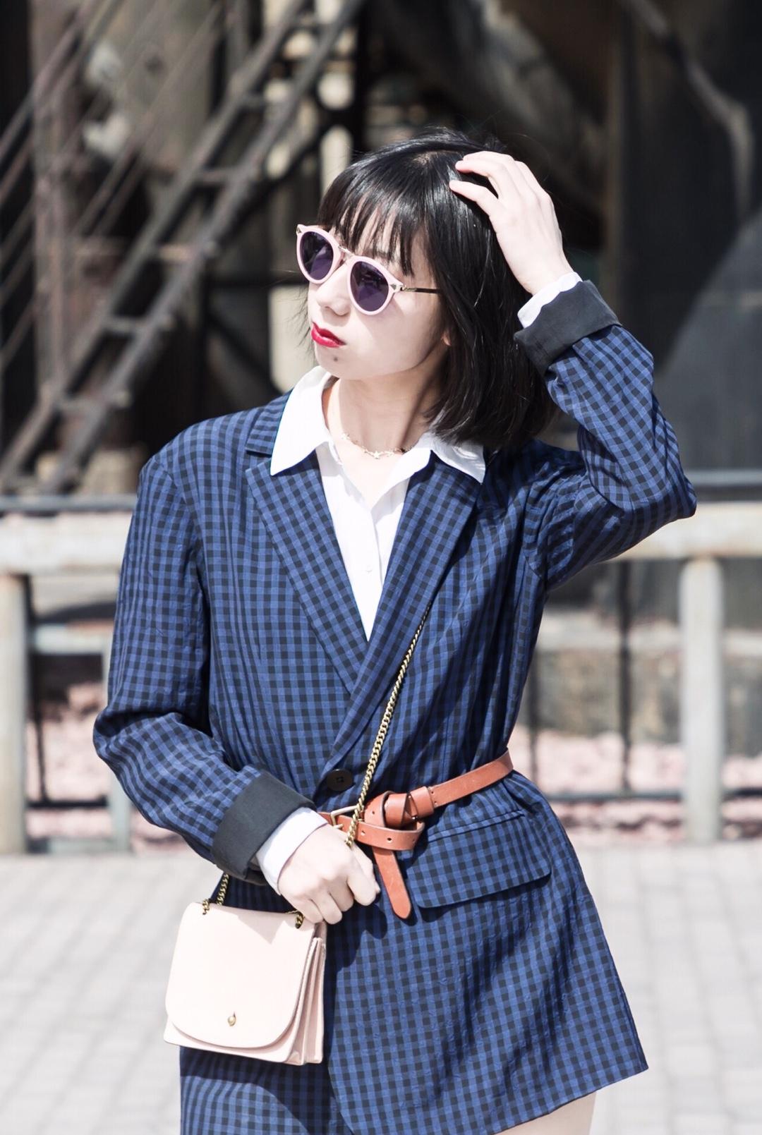 #不出错的连衣裙tip:你收腰了吗#  🌸把oversize的大西装变成连衣裙~ 一本正经的通勤装,用一根细皮带进行收腰,立马变身美美哒连衣裙,新技能get了吗😊 📍西装外套是深蓝色格纹,非常显白~内搭提亮的真丝白衬衫,蓝白色的对比很能提升搭配质感。 配饰搭了真皮的粉色和棕色,小面积撞色也比较有趣~