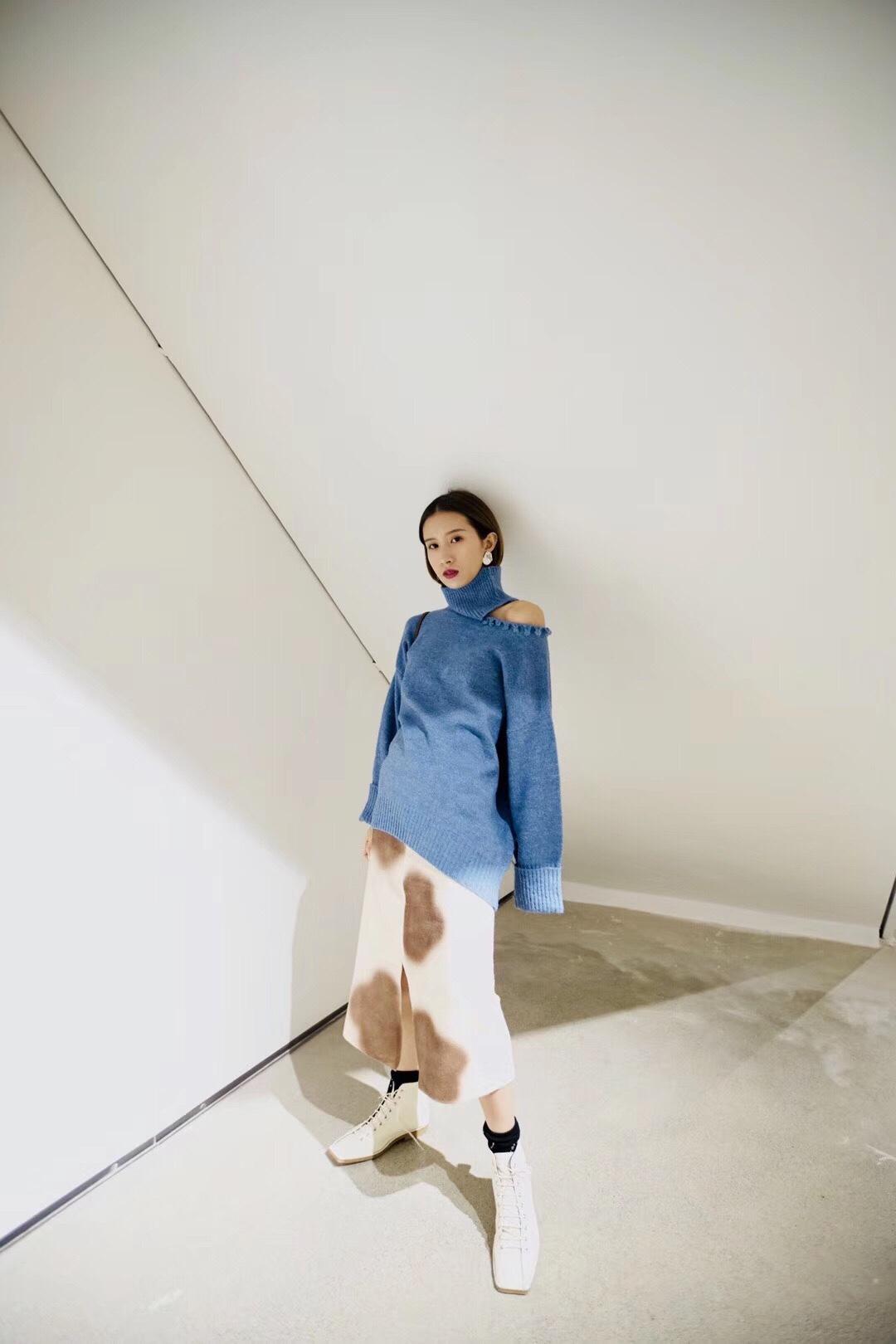 #我穿这套进入最美人间四月天!# yMR设计LOOK|锁骨季 微微露出性感的锁骨 镂空锁边的工艺处理 对细节上花费了小心机 早春既保暖又时髦的一件单品海蓝色毛衣 修饰了较好的颈部线条 搭配了涂鸦薄针织半开叉半裙 选择了弹性的面料 身高上也很有错位感 小个子值得推荐的一套搭配