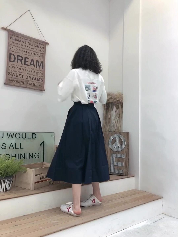 #鹿与飞鸟原创制衣4.5上新# 短袖T恤 深蓝半身裙 白T前面很干净 背后是漫画特别有意思