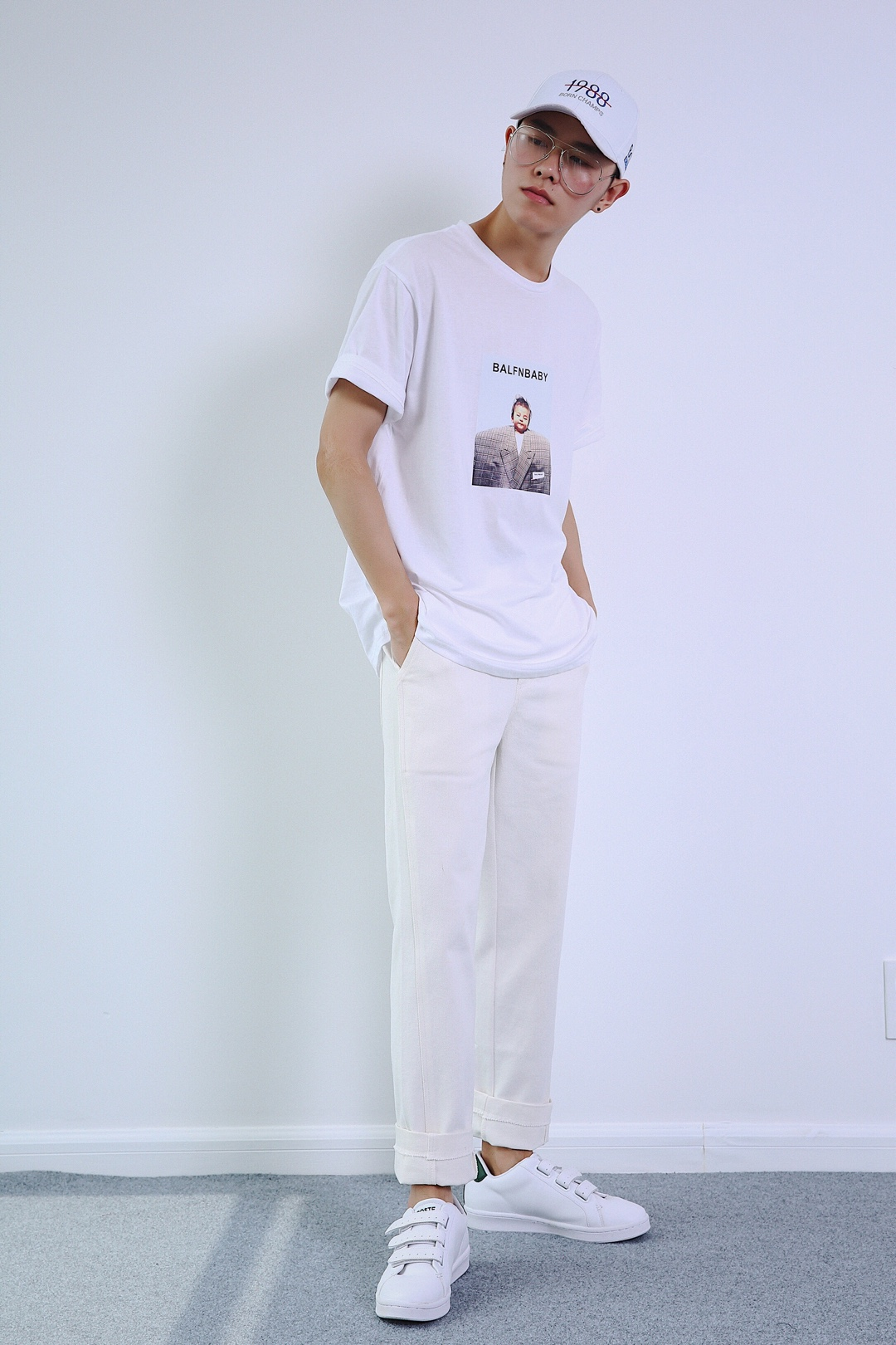#牛仔裤,真的不怕再多一件!#白色字母鸭舌帽+白色趣味人头印花T恤+白色直筒牛仔裤+白色魔术贴休闲鞋。全白look,清爽干净。