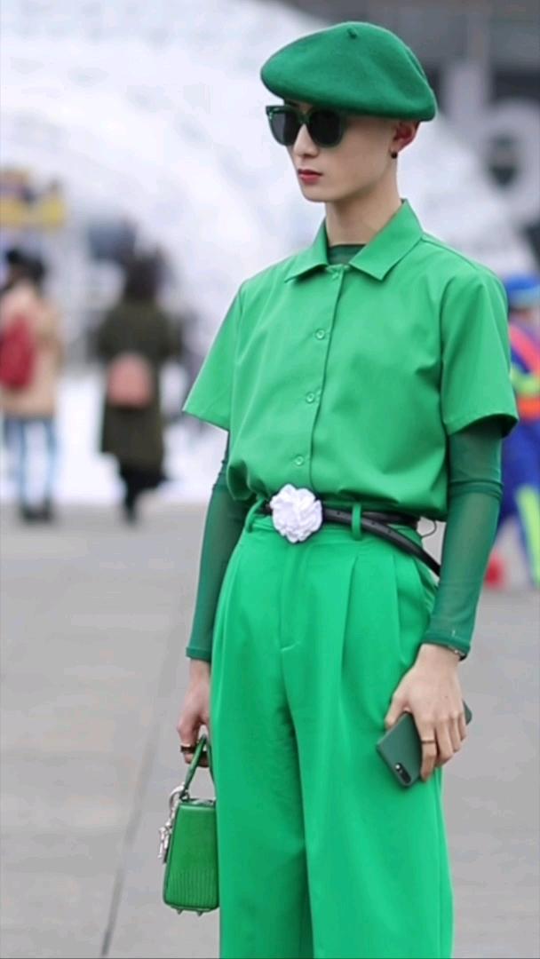 绿色单品高级玩家!从头到脚全绿,在下服 #上海##菇菇来了连手机壳都不放过!
