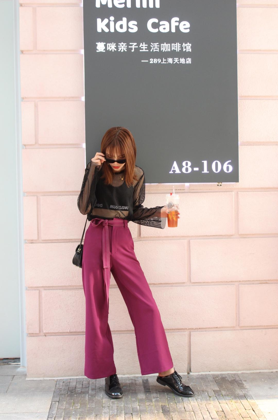 """Jade今日穿搭/休闲混搭风~~~ 这套真的超级爱!!! 这件上衣买了很久,可是今天终于找到裤子能配得上它了。西装阔腿裤🕺➕运动美背内衣➕网纱防晒衣 背上单肩包穿上小皮鞋,这身穿搭有没有惊艳到你。记得点赞哦#""""衫衫""""来临,春天必须得有它!#"""