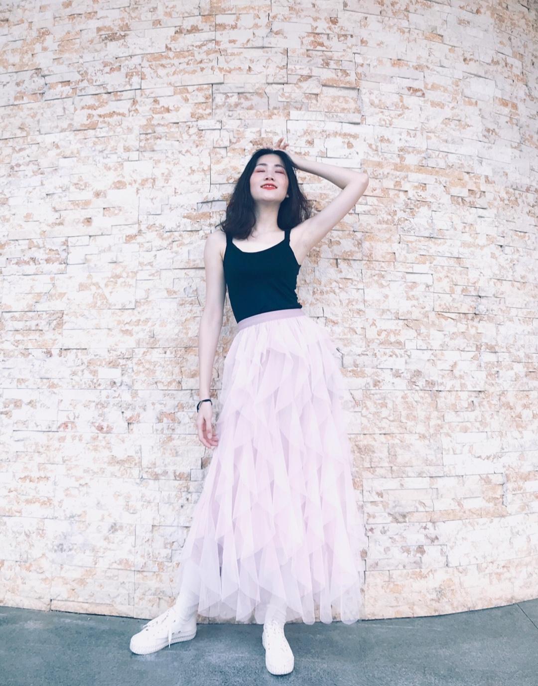 粉色的仙女裙搭配黑色的小背心让这个夏天提前到来了#MOGU STUDIO#重要的是这个夏天来的似乎有些早了不过这个夏天不错的穿搭