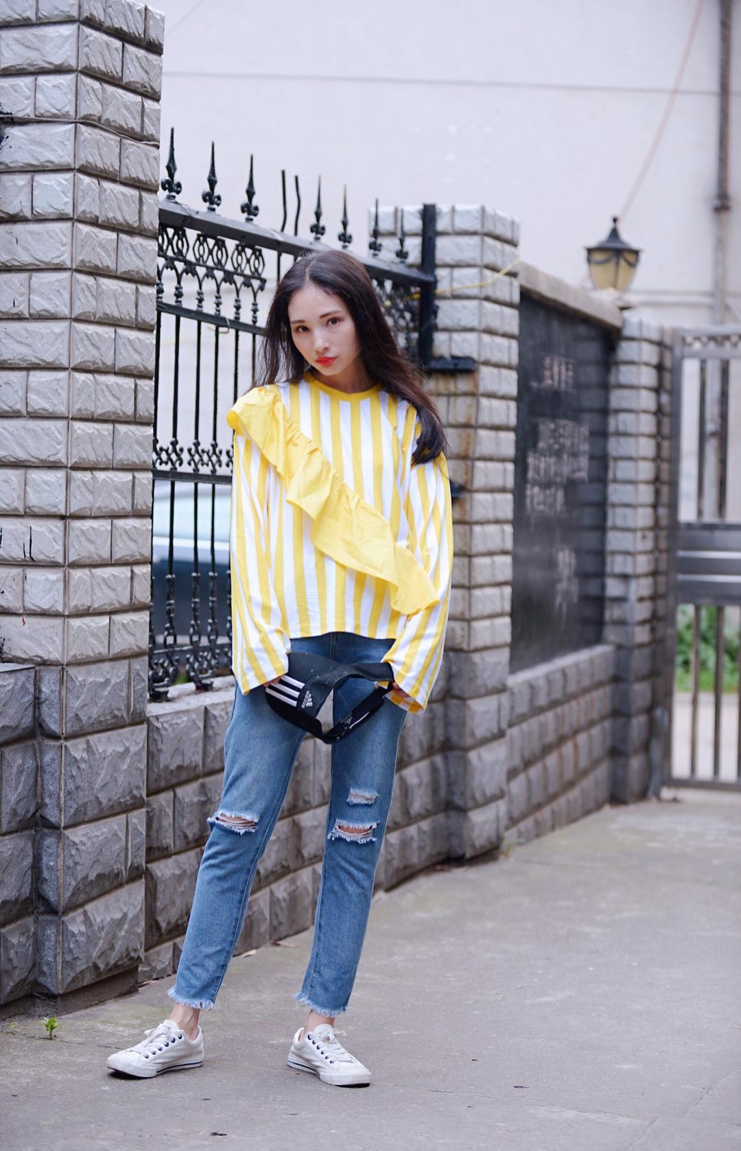 #2019春夏刷屏色·鹅黄色# 鹅黄色长袖不规则上衣让你在人群中脱颖而出 搭配不要觉得很累赘哦, 荷叶边的设计,这样效果就不会太过厚重了, 鹅黄色显嫩又显得清爽十足, 下身搭配一条破洞休闲裤, 清新的颜色配搭,鹅黄色低调又先魅力, 女生肯定不能放过这样的颜色呀