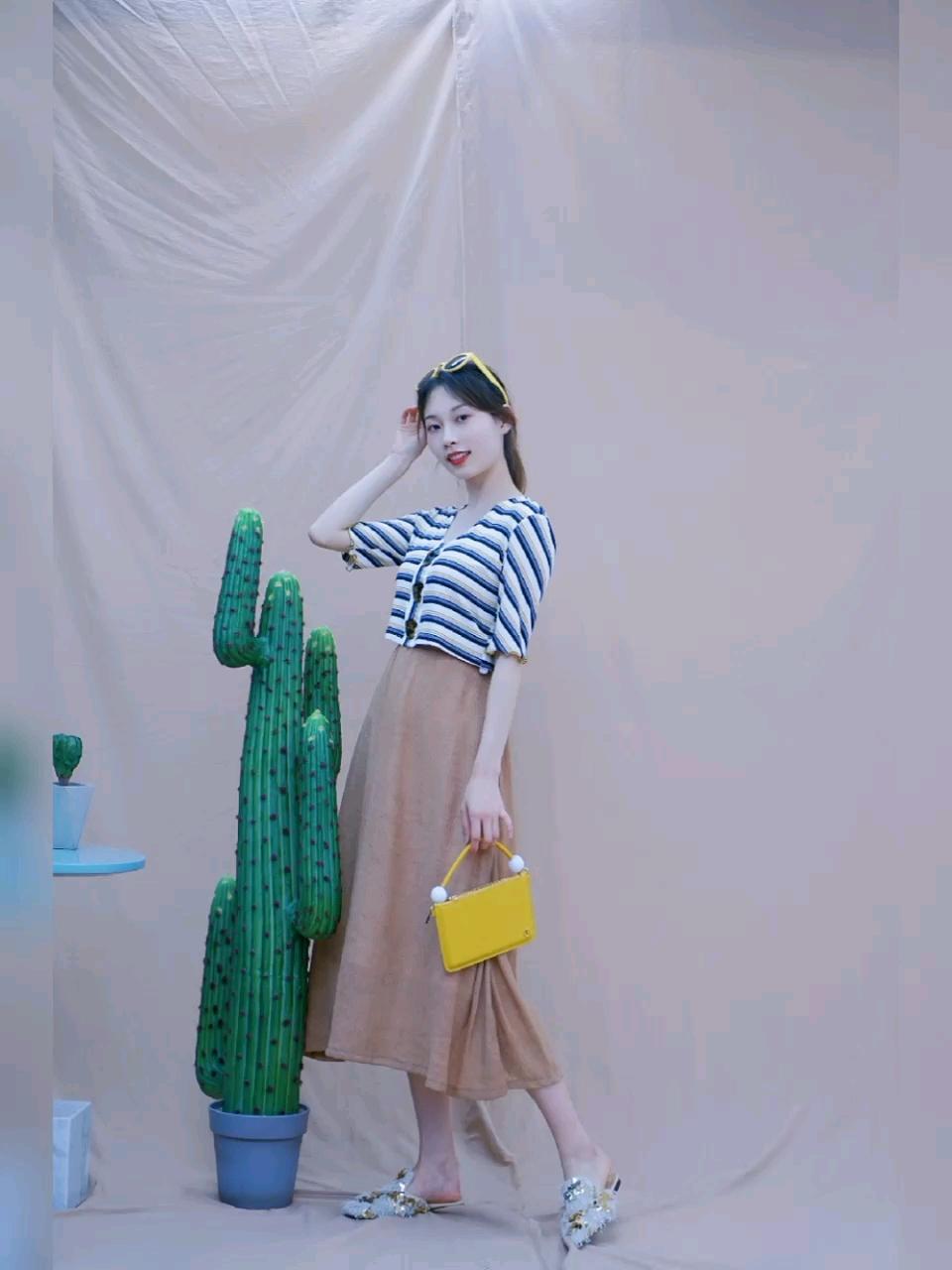 🌟条纹上衣: FUSSED   💰188 🌟半身裙: RuuDee 🌟包包: KITAYAMA 🌟鞋: BUBUFEIFEI   💰598  「小个子穿搭模板」 🔸 短款条纹上衣 + 半身裙  短款上衣拉长身材比例 半身长裙让你胸以下全是腿✨  #MOGU STUDIO#