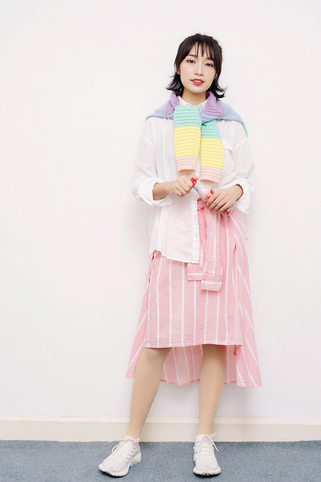 #马卡龙色,是春日限定的明媚呀~# 继续分享一套属于春天的治愈型穿搭,白色的白衬衫单调普通搭配彩虹🌈帽子披肩,突然一切不一样了,超级少女,又不会太甜腻,搭配粉色条纹绑带衬衫裙,整体更加活力活泼,走在校园里就像一到发光才小彩虹🌈,很治愈哦!