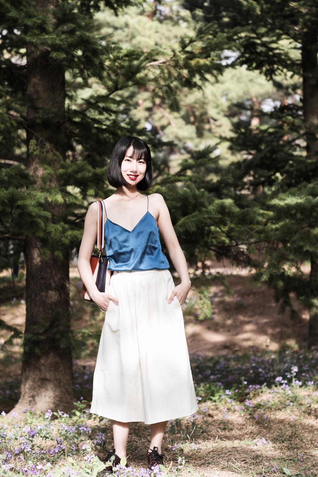#小个子の春夏第一次露腿#  ❤️郊游也要穿的美美的,一套日系甜美的style❤️ 🌸色系搭配灵感是主色调雾霾蓝➕白色,配饰上增加一些小小的丰富细节。上衣真丝蓝色吊带,裙子是垂感很好的白色缎面半裙,包包配了拼色水桶,彩色跟主色融合的不错~ 🌸外套搭了廓形牛仔外套,与蓝色形成深浅色对比,很喜欢这套~
