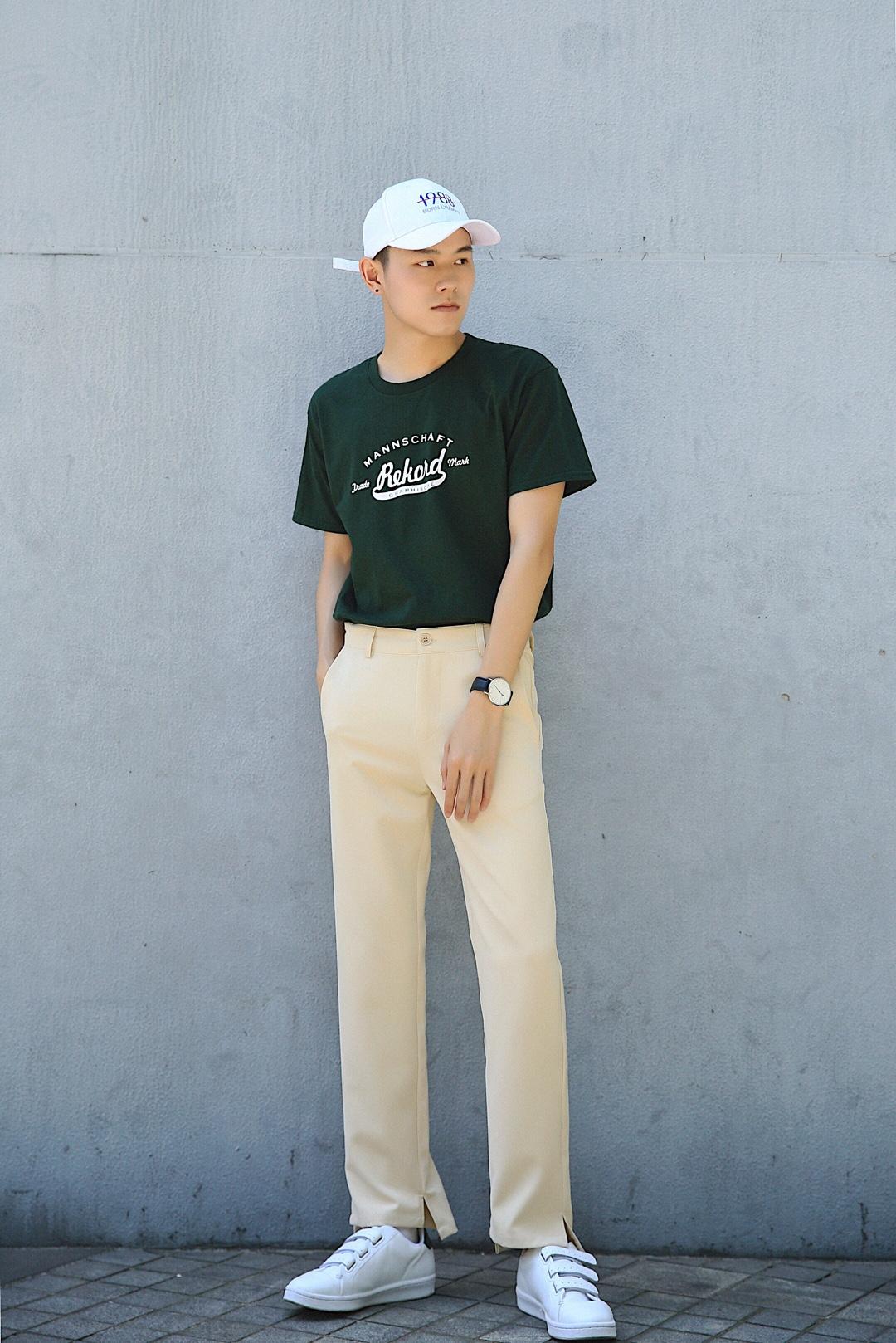#短袖T恤在手,搭遍天下!#白色数字鸭舌帽+墨绿色字母印花T恤+浅卡其直筒休闲裤+白色魔术贴板鞋。墨绿配卡其,养眼搭配。