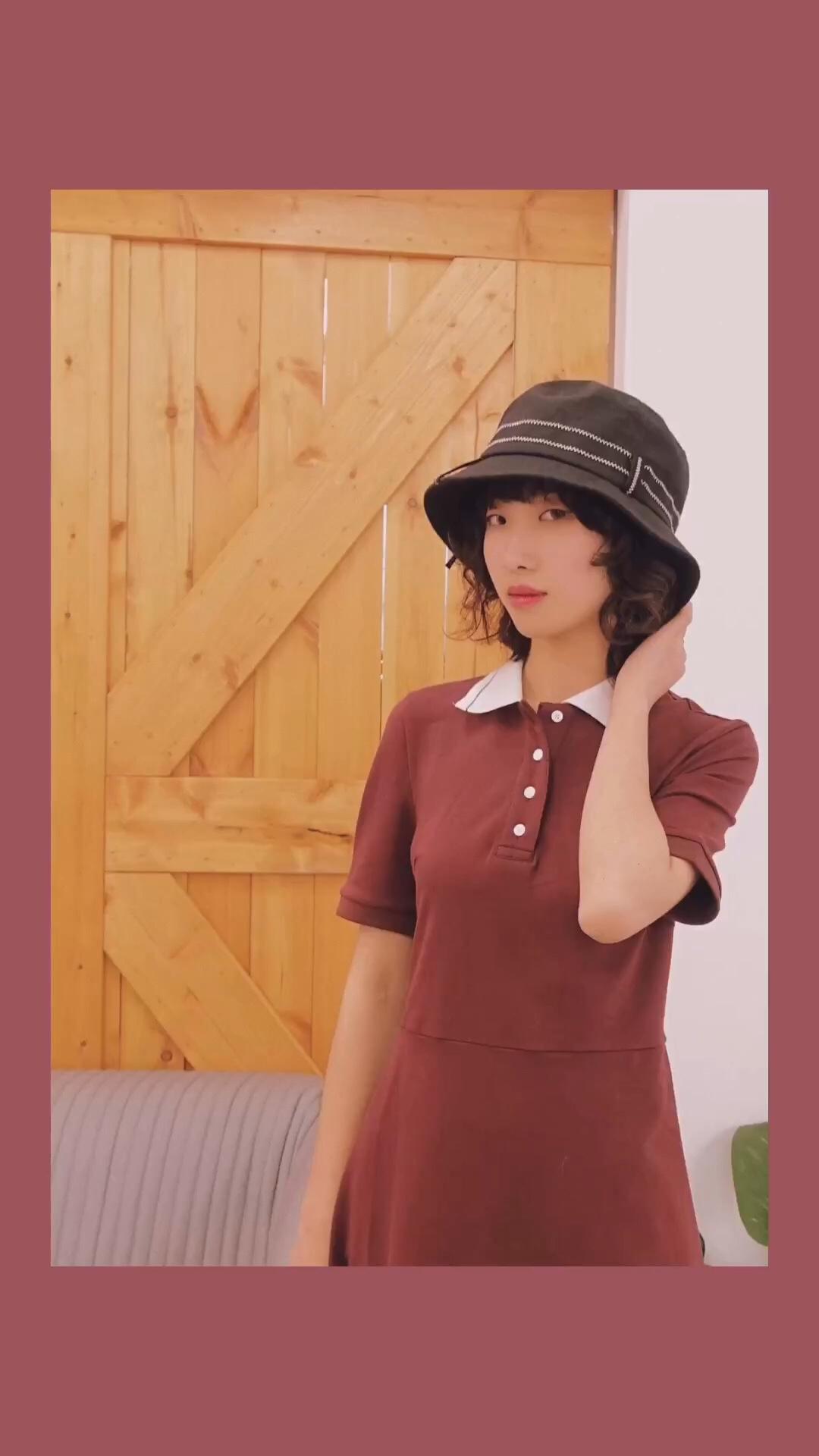 """#蛋挞家""""恐龙家族""""4.14上新# 非常有少女感的一件水手服,酒红色非常的显白。搭配上一双玛丽珍鞋,浓浓的美式复古风情哦!连衣裙有两种颜色可以选,可以根据自己的肤色来选择哦。"""