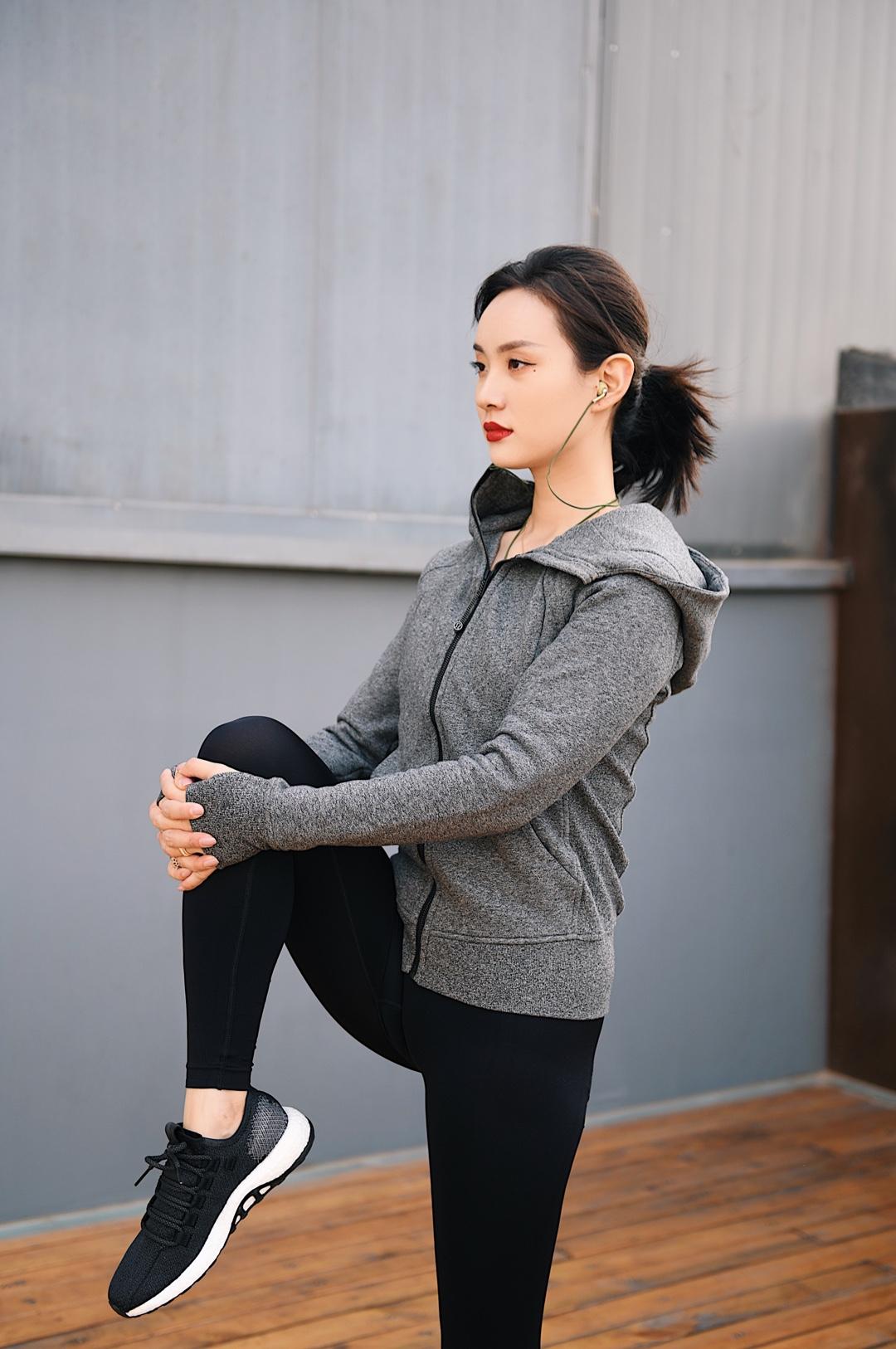 购买专业的运动装备是在保护肌肉,要选择对应训练方式的服装。例如不同的运动裤,分别有针对瑜伽普拉提的,还有专门针对举铁和户外的,面料材质完全都不一样。 4⃣️衣服要选择有品质的,吸湿排汗,并且不会回汗,这样就不会着凉,起到保暖的作用。 💪 例如像大家都熟悉的lululemon,舒适度是超越了市面上大部分品牌,版型上更加吃香,我和米牙一个是梨形身材,一个是苹果型身材,都可以完全修饰。裤子上的小拉索设计也瞬间圈粉,可以随身装些零钱或者手机。王府井apm店产品教育家会根据身材和运动习惯给推荐合适的搭配,不是只有屯里才能买到lulu啦。 #一秒入夏,第一波夏装安排上!#