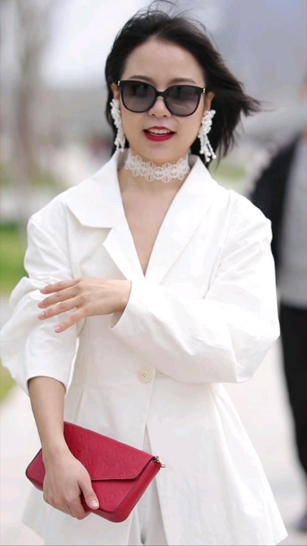 这身白色我爱了!既优雅又气场十足~#上海#你的衣柜里什么颜色居多呀?