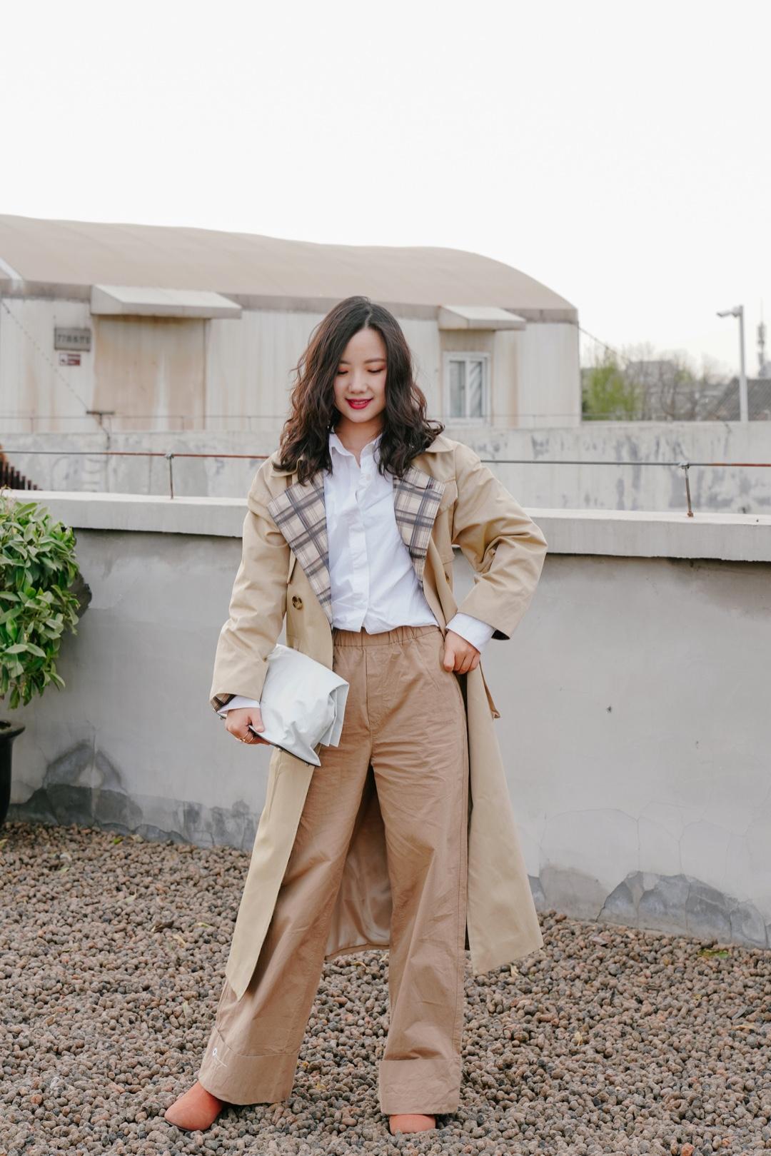 小毛穿搭|卡其配色的风衣穿搭 今天是干干净净的卡其-白搭配色系。风衣最经典的就是卡其色啦,裤子选择了纯棉质地的同色系,营造柔软文艺的风格。加上干净清爽的白衬衫和手包,依然是文艺片范儿。 🧥风衣:方圆square-circle 👖裤子:JNBY 👜手包:simon miller 👢靴子:freepeople  #时装周街拍同款品牌上新#