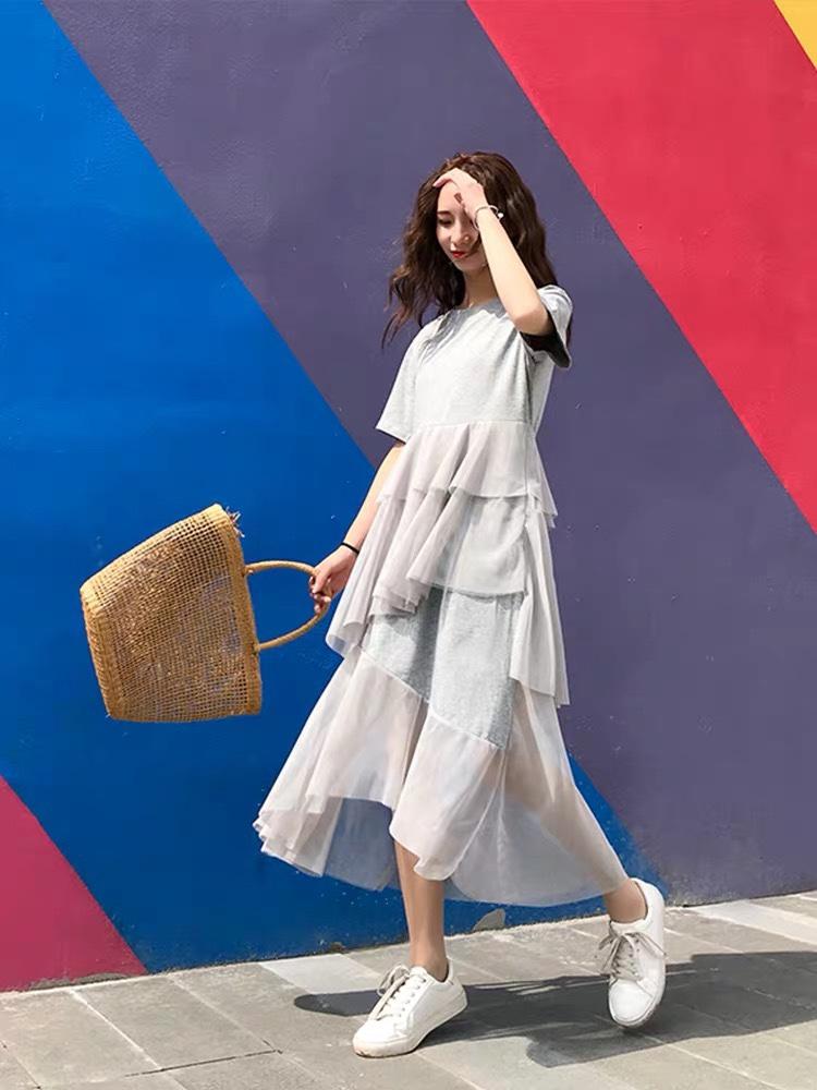 今年即将大🔥的仙女裙,要不要先下手?#这条网红连衣裙,吹一顿彩虹屁# 为什么说这条裙子今年一定会大🔥呢! 据我所知,这条裙子已经不下二十家网红店、天猫店在推它了,作为走在时尚尖端的我怎么能不入手呢~我发配了一双小白鞋和一个草编包包,完美诠释度假风,要不要穿着它去感受泰国的泼水节呢~