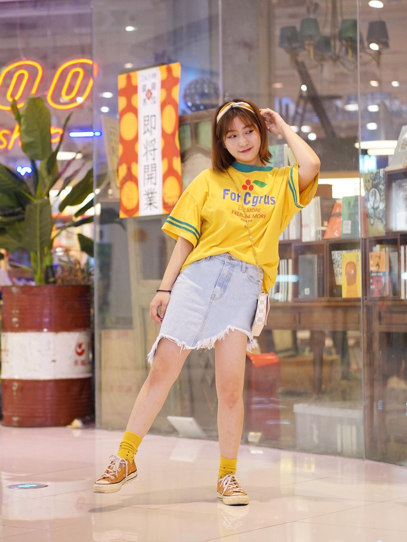 #一秒入夏,第一波夏装安排上!# 夏装第一想到就是T恤+牛仔啦,简约大方,黄色的T+牛仔短裙俏皮可爱,搭配黄色发带减龄,帆布鞋也是减龄打休闲的单品哦,堆堆袜也不要放过哟