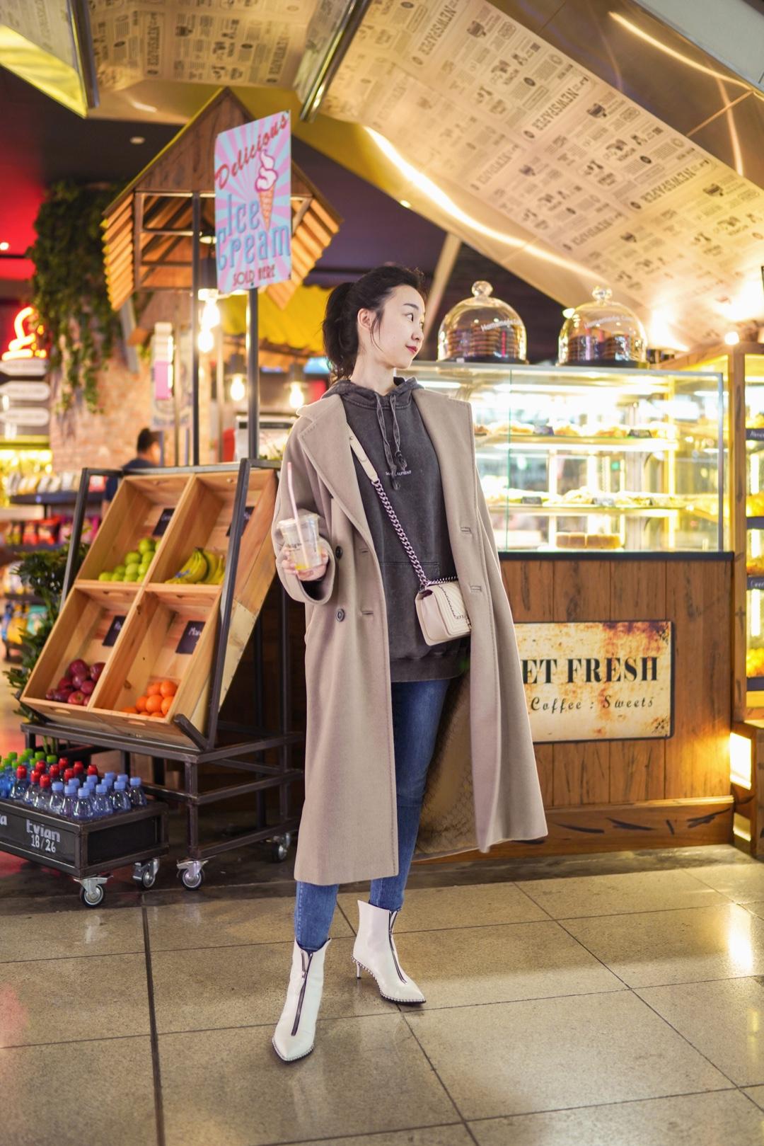 意大利之旅结束了,我们在迪拜转机已经是半夜,所幸迪拜机场所有店铺24小时不打烊,穿着买了很久都没机会穿的情侣Hoodie,在迪拜机场来最后一套情侣装吧。  Coat:MaxMara Hoodie:Saint Laurent Jeans:J Brand Boots:Alexander Wang Bag:Chanel Lipstick:Tomford Night Mauve #今天穿成男友镜头里的完美女友#
