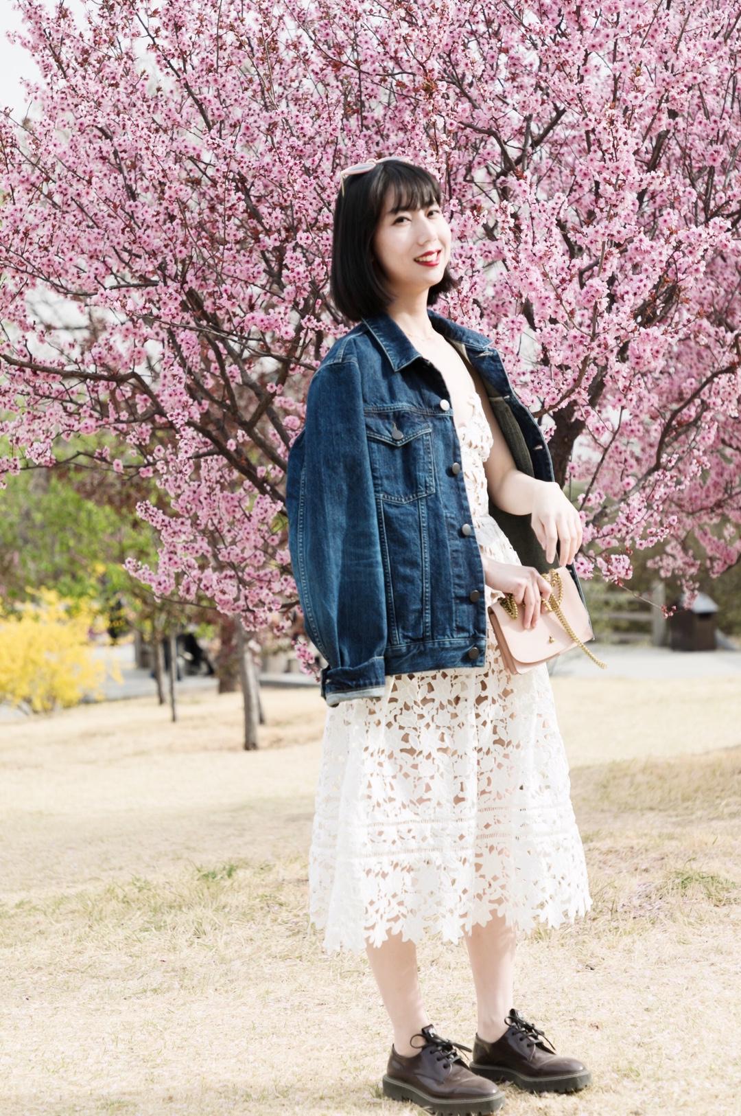 #小个子入夏穿衣指南#  入夏裙装Look来啦! 🌸蕾丝仙女裙和牛仔廓形外套的组合,最经典也是百穿不腻,这个季节特别适合~内搭的蕾丝吊带用比较酷的外套进行平衡,搭配了比较硬朗的皮鞋,整体不至于很甜腻。 🌸包包是粉色,与墨镜同色系,也是比较适合甜甜的春日~