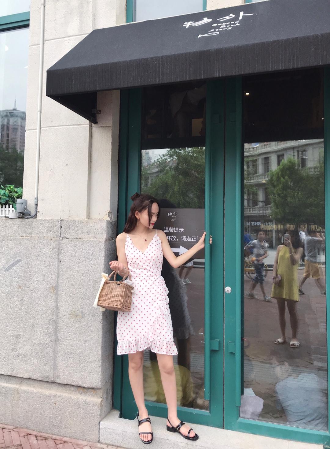 #美过姐妹的度假C位吊带裙# 身高:158 体重:80 吊带裙仙气满满~ 波点的配色也很简洁甜美 过膝的长度也很适合小个子女孩~