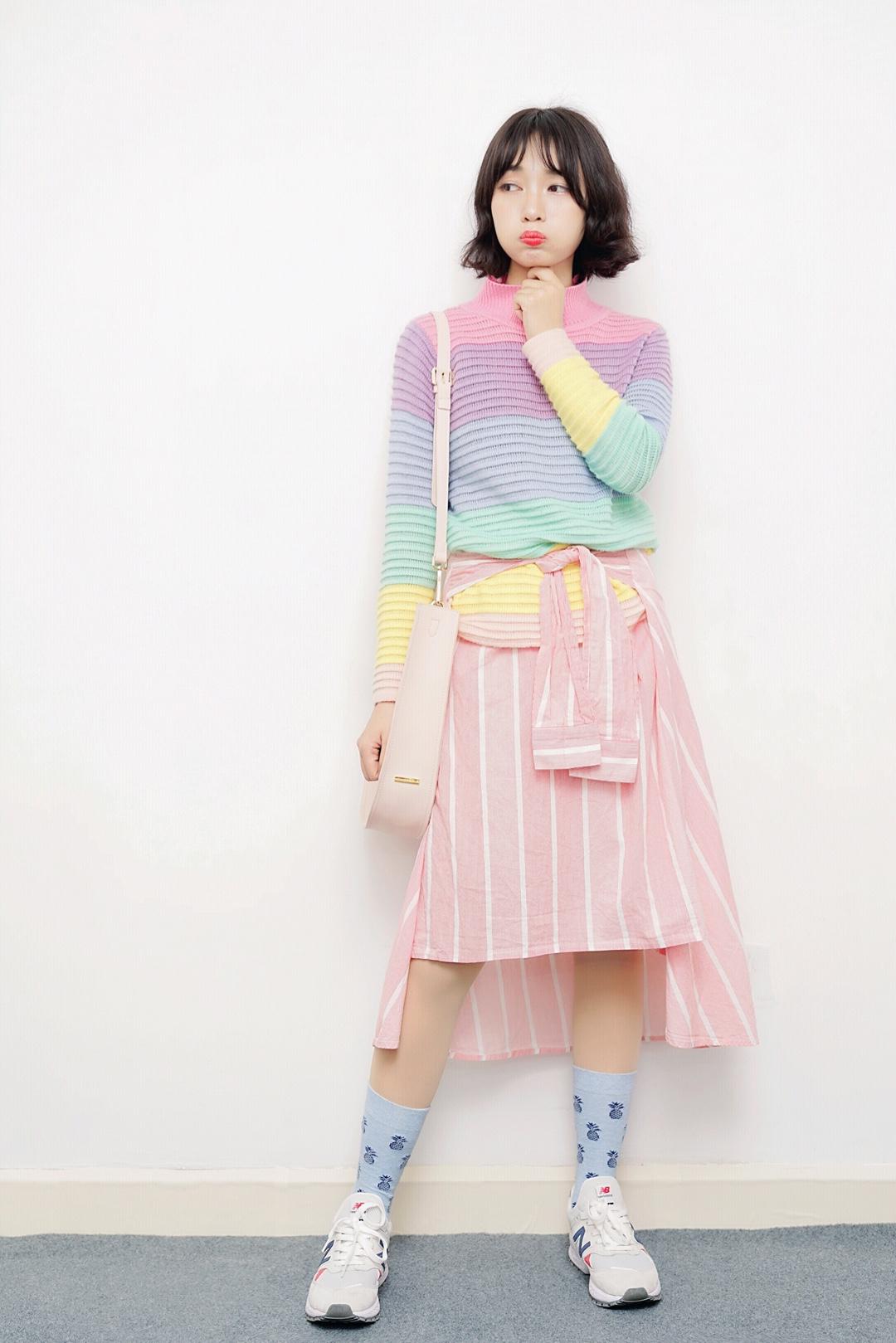 #马卡龙色开启霸屏模式!# 今天给大家推荐一款少女感爆棚的马卡龙彩虹穿搭,很多搭配都崇尚一身穿搭不超多三个颜色不然就会色彩错乱,但是其实不会,色系统一,多色撞色一样很时髦,不会土~ 彩虹色针织衫时髦度十足,非常特别,我用它来搭配了粉色的衬衫半身裙子,用裙子袖子腰带的设计绑住上衣增加层次感,因为都是马卡龙色系所以很搭,搭配球鞋,很适合校园穿~