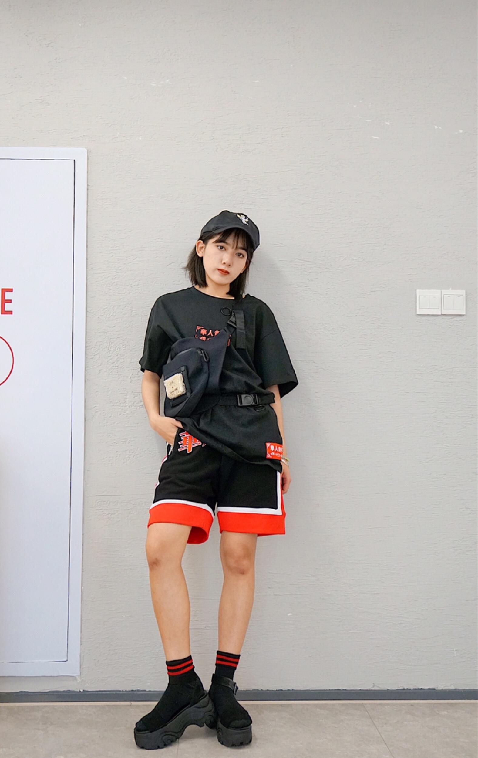 #MOGU STUDIO# 夏天到了又可以买新衣服惹! 华人青年的这一套就超酷的 搭配松糕鞋原宿风很足~ 再次敲黑板 松糕鞋真的太好搭了 腰包也是酷女孩必备品 出门炸街咧