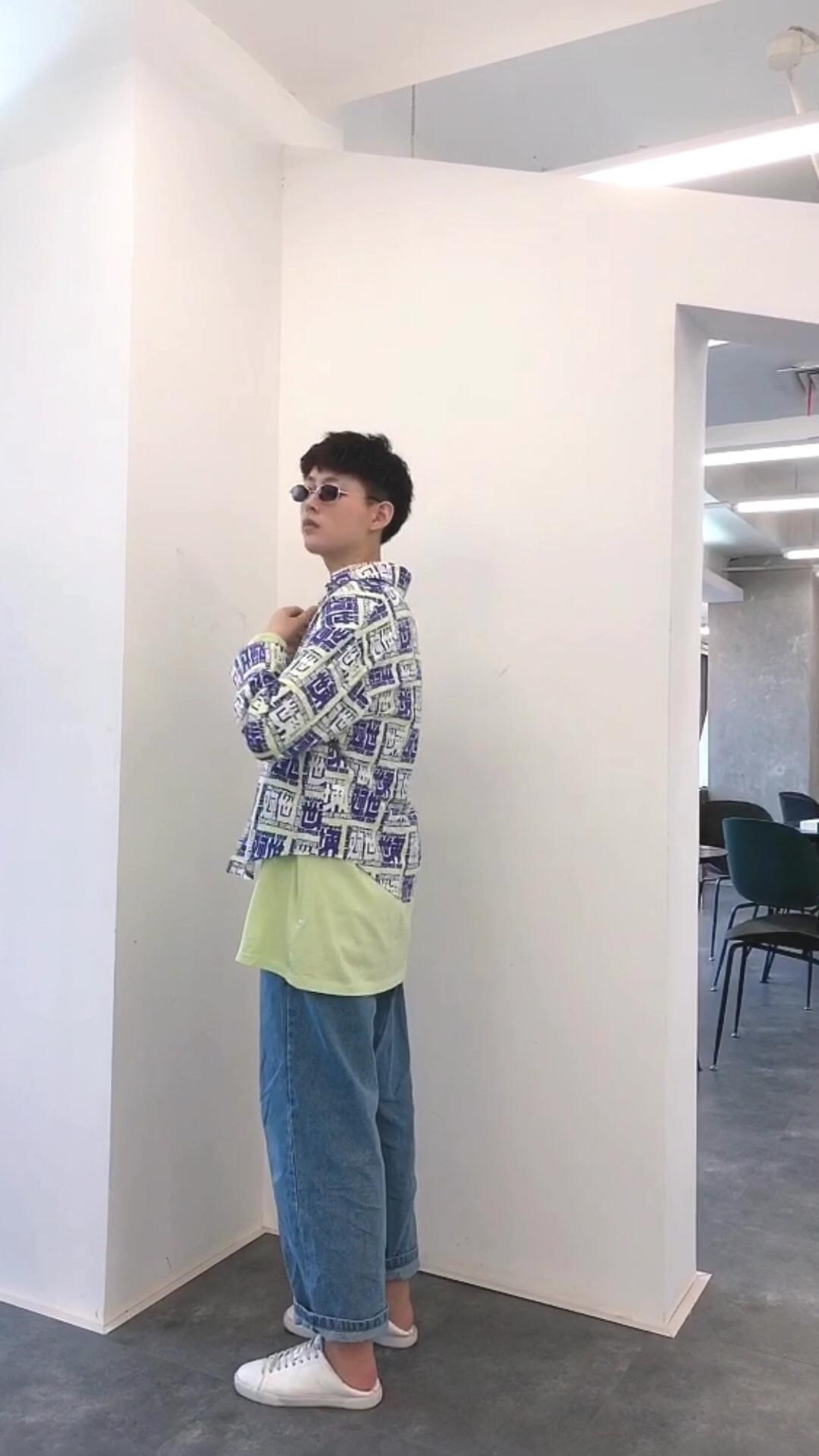 #欢迎进入帆布鞋的季节#很好看的一件世界观印花衬衫,里面搭配了一件绿色长袖t恤,颜色和衬衫的配色相呼应,裤子搭配了一套淡蓝色牛仔裤,整体看起来很清爽又带点小酷味 👕UR/阿希哥vcruan 👖蒙马特先生