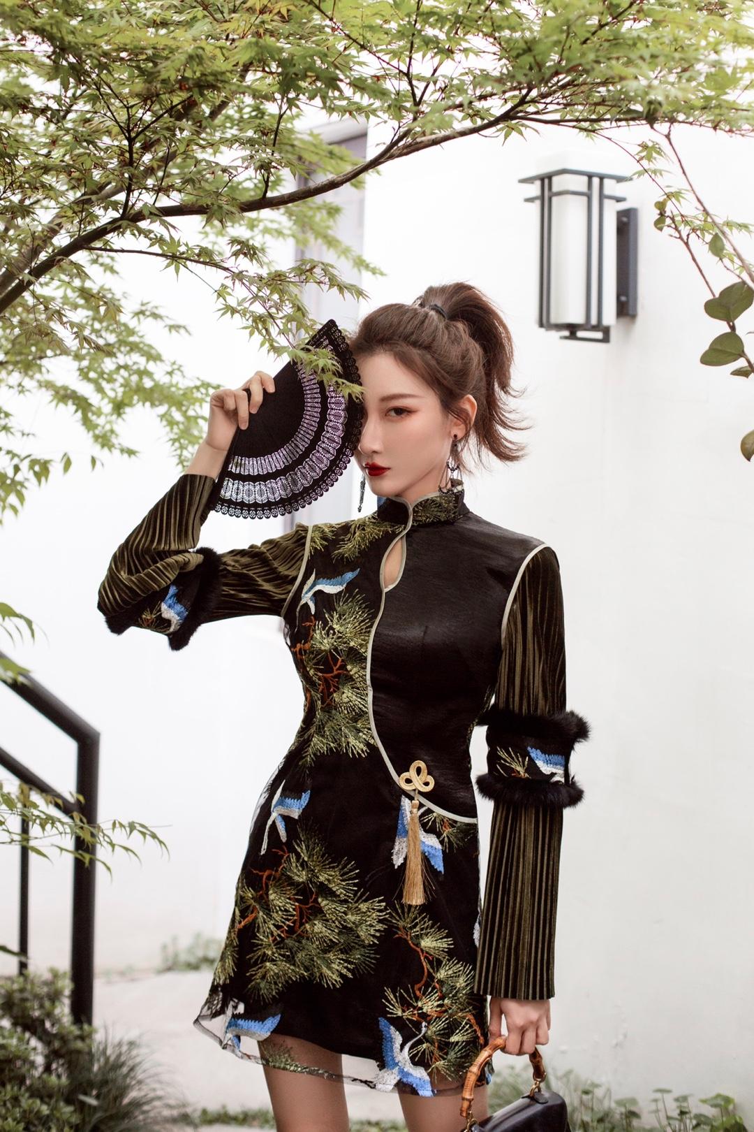 OOTD|在乌镇拍高级感中国风旗袍LOOK 真的很喜欢乌镇古色古香的氛围,拍的两套旗袍也很出片。利用好周围环境的元素跟道具,可以拍出不一样的片子。 OOTD: 旗袍:SIJIN STUDIO 扇子:Vivienne Tam 靴子:Lost in echo 包包:GUCCI中古竹节包 耳饰:无边