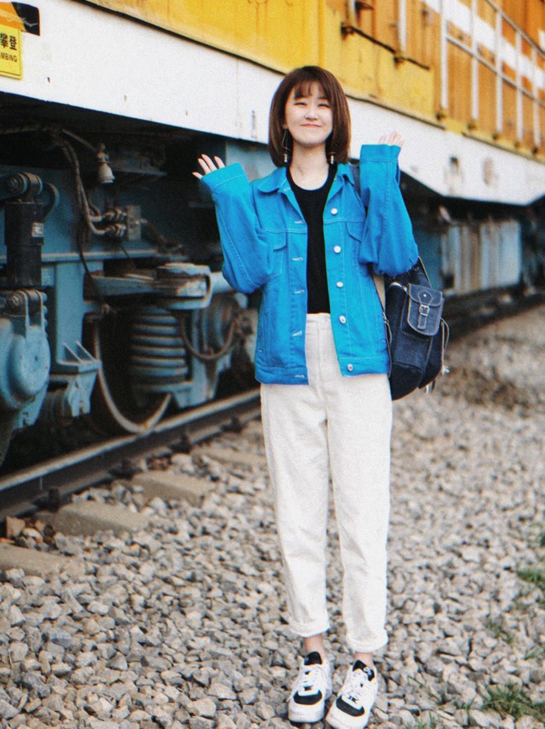 #五一穿什么才能赞爆朋友圈?# 【OOTD】春夏穿搭 蓝色牛仔外套  跟我走吧。 不愿意吗? 不愿意的话,那就让我跟你走吧。  牛仔外套/MSGM 裤子/ICY 鞋子/Nike 包/Grafea