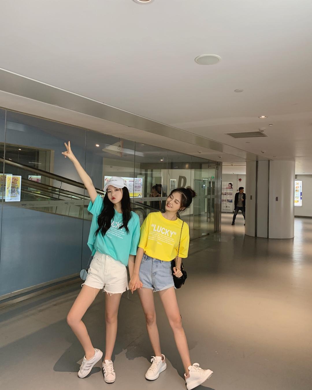 #五一穿什么才能赞爆朋友圈?#  五一快来了 当然要和好朋友姐妹装啊 最简单的同款不同色luck短袖 配上高腰短裤 逛商城也是非常吸晴的!