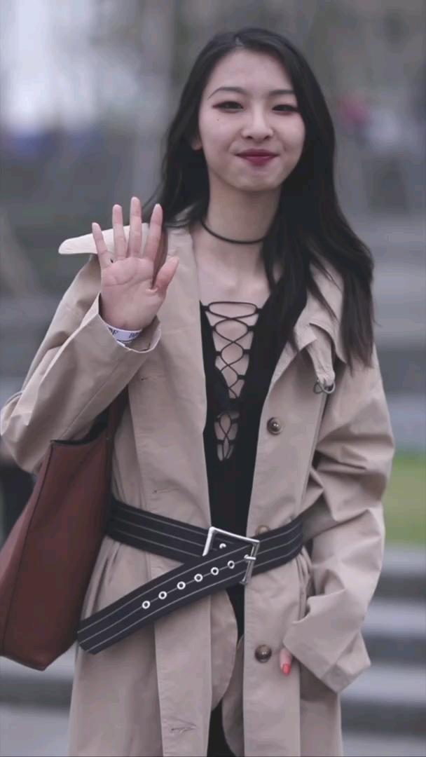 上海这位内搭很性感的学生小姐姐,随意搭配就很美~#上海#@出你最喜欢的穿搭博主~ 没准本菇就去采访啦!