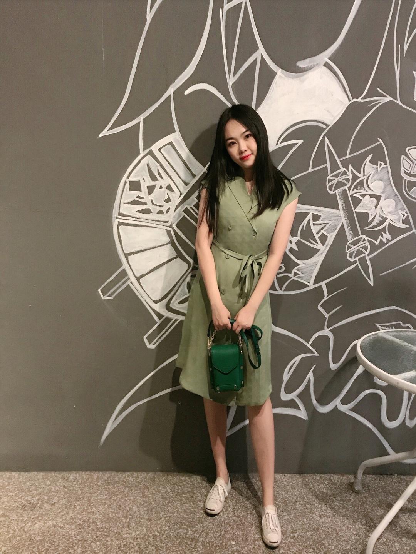 #自带十级瘦身特效的连衣裙# 职场小白如何穿搭? 今年最流行的绿色连衣裙,v型西式小方领,知性大方,及优雅干练为一身。 遮肉显瘦拉比例,很适合微胖的mm。 春夏嘛,就是要足够清爽。💕 这样走进办公室,绝对让同事眼前一亮💙