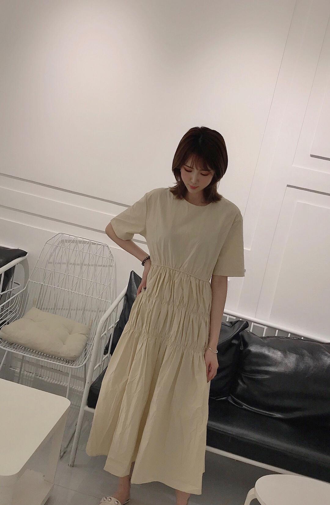 """没有""""连衣裙""""的春天,毫!无!灵!魂!  春天的衣柜主角必须是——裙子!! 而裙子里面,我对连衣裙情有独钟  这个杏色上身也太温油了吧!! #自带十级瘦身特效的连衣裙#"""